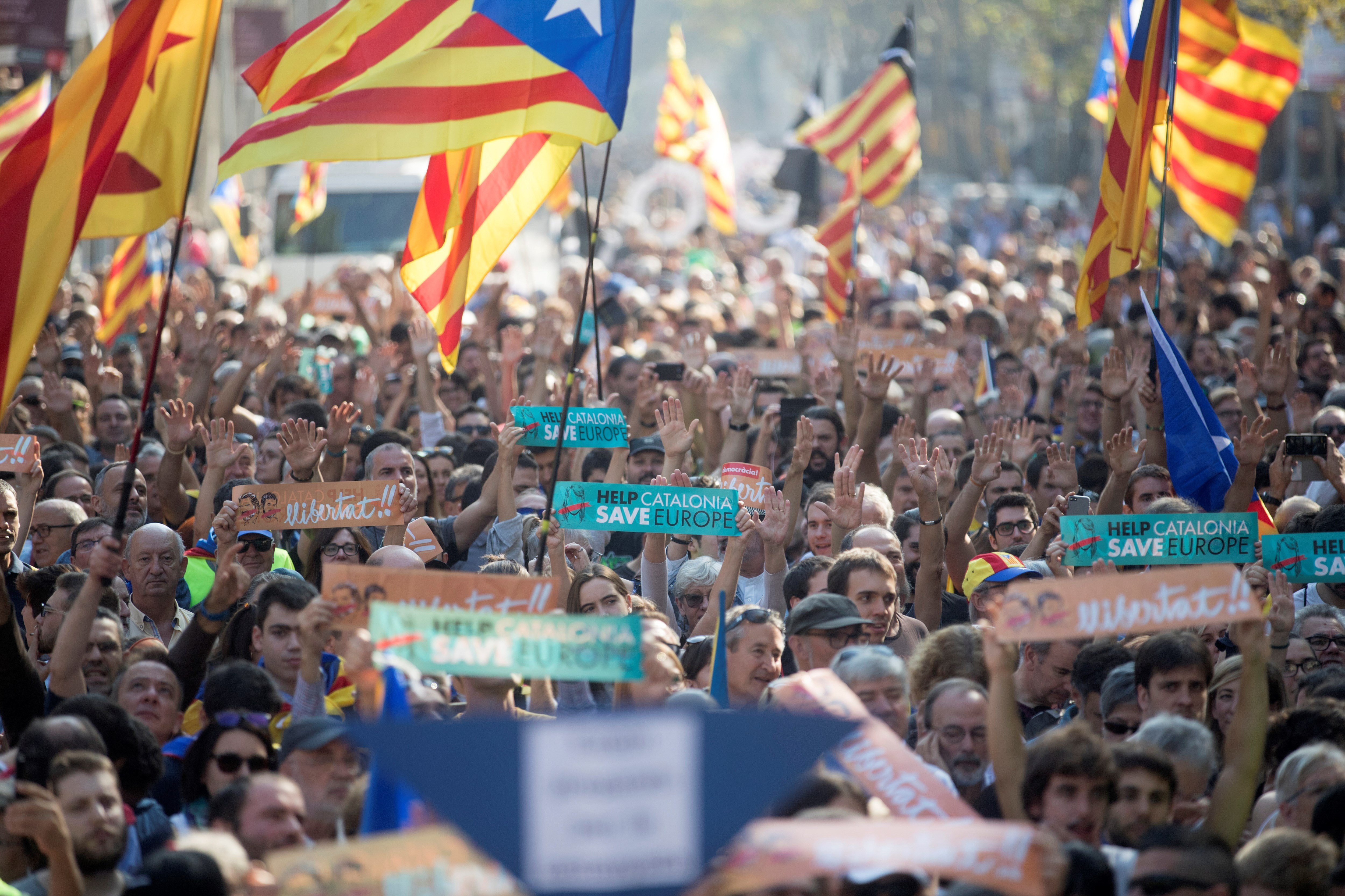 Unes 12.000 persones, segons la Guàrdia Urbana, estan concentrades davant del parc de la Ciutadella. /EFE
