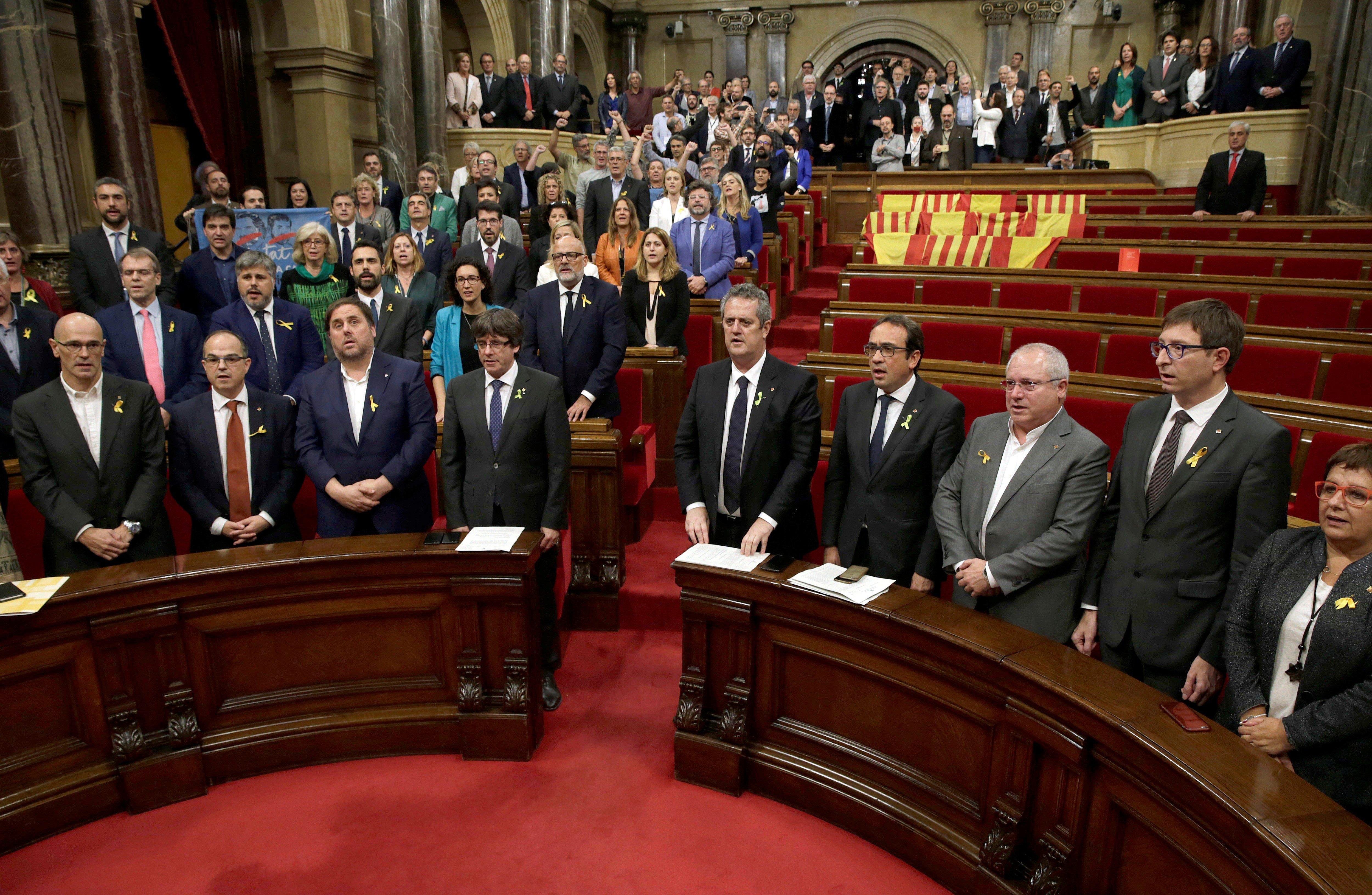 El ple del Parlament, sense els grups del PPC, PSC i C's, entona l'himne català. /EFE