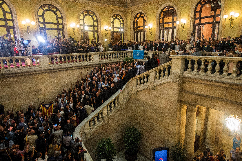 Expectació màxima a les escalinates del Parlament català just després d'aprovar-se en el ple la declaració d'independència de Catalunya. /EFE