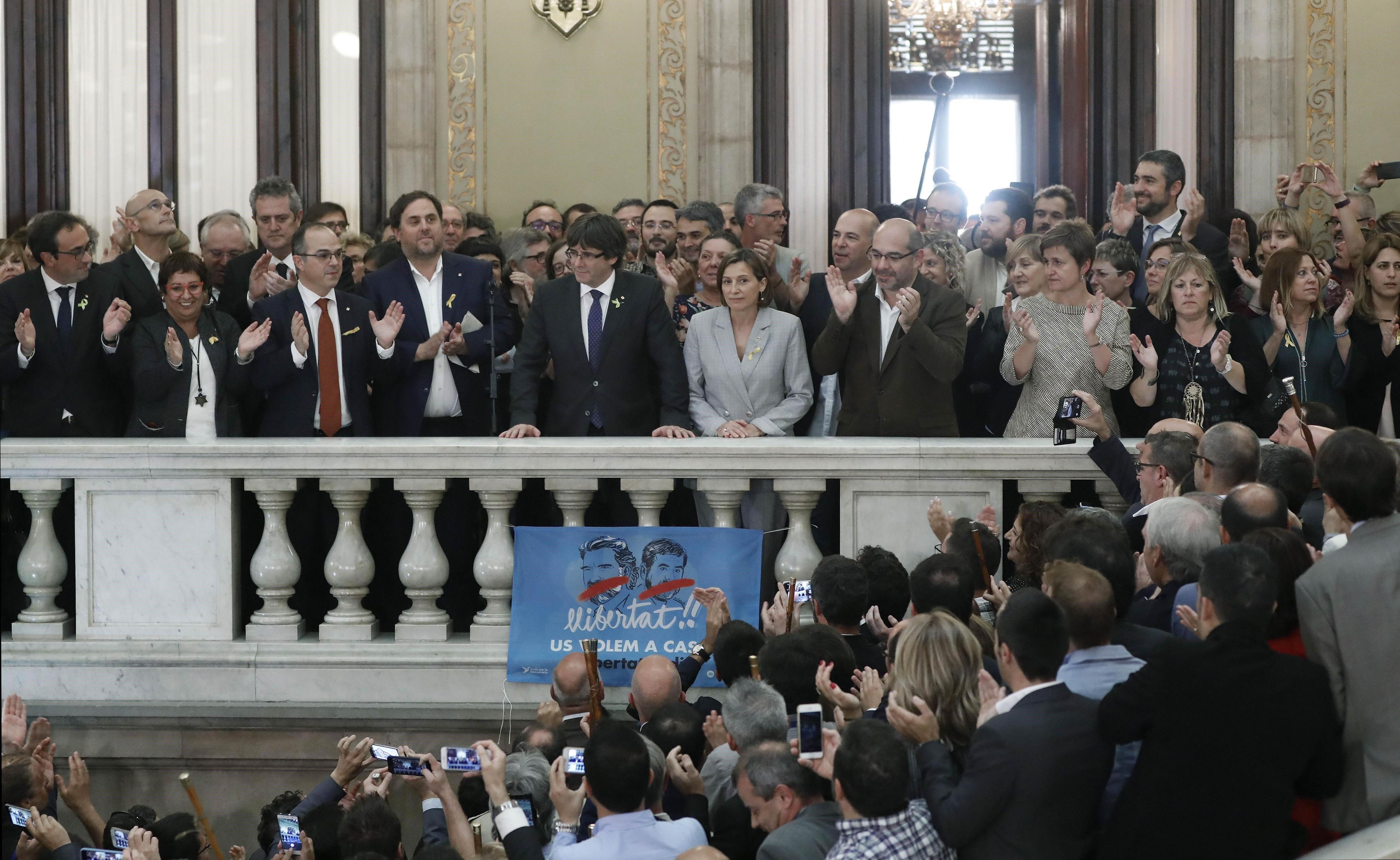 El president de la Generalitat, Carles Puigdemont, al costat del vicepresident del Govern i conseller d'Economia, Oriol Junqueras, i la presidenta del Parlament, Carme Forcadell, fa una declaració a les escalinates del Parlament. /EFE