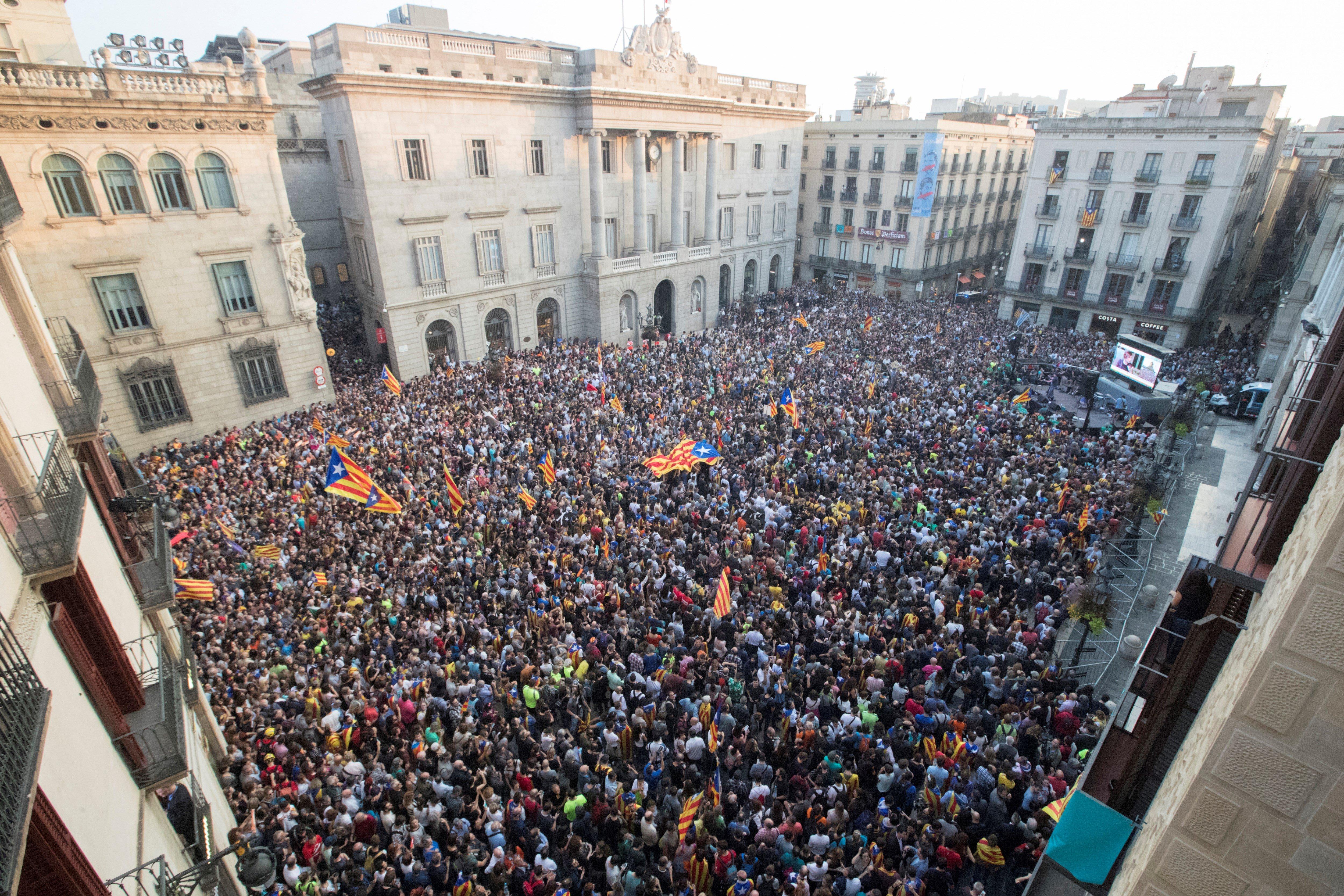 Unes 6.000 persones, segons la Guàrdia Urbana, s'han concentrat aquest divendres a la plaça de Sant Jaume de Barcelona, davant el Palau de la Generalitat, seu del govern català. /EFE