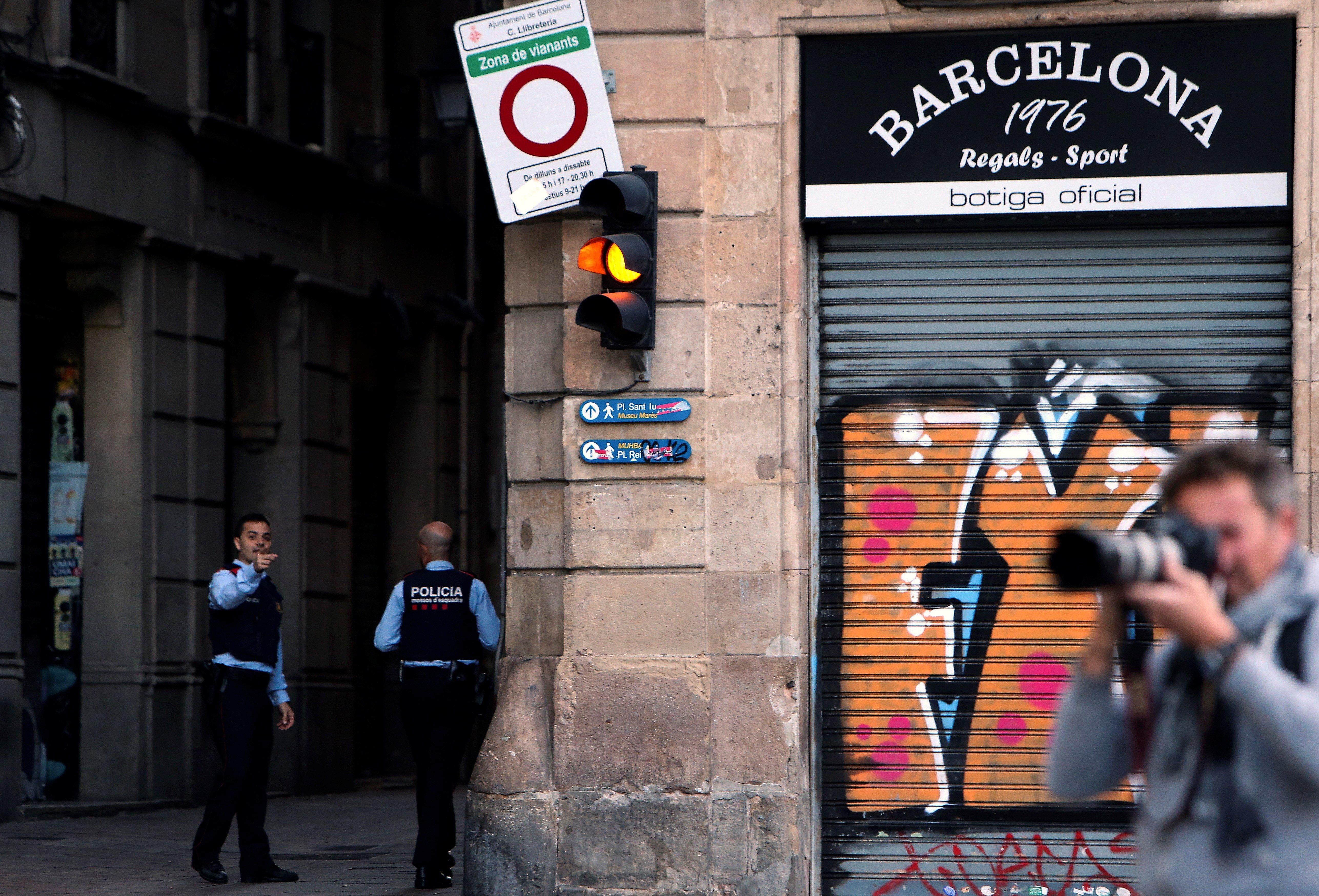 Mossos d'Esquadra i mitjans de comunicació a la plaça del Palau de la Generalitat /JAVIER ETXEZARRETA