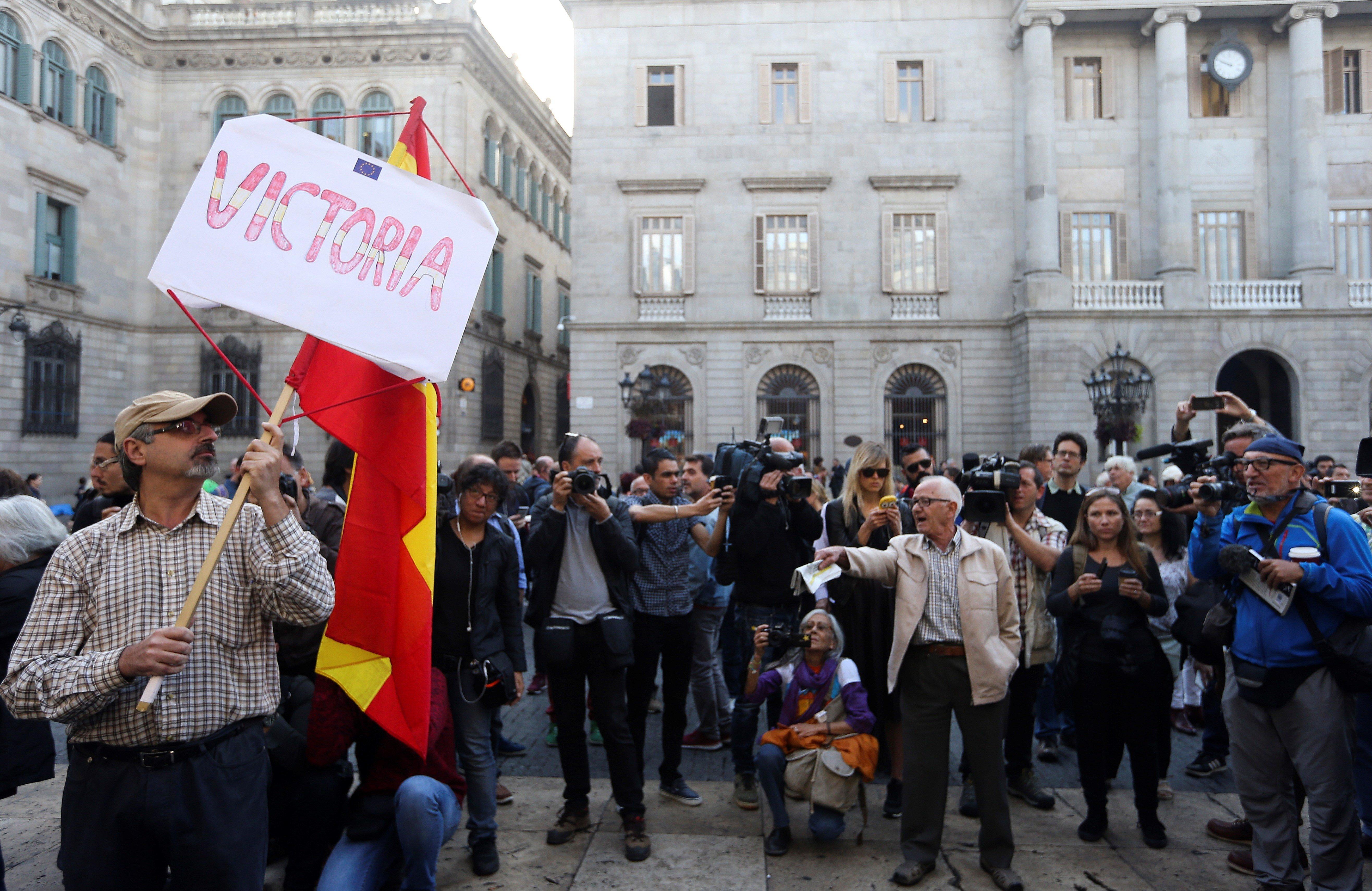 Ambient a la plaça de Sant Jaume, davant el Palau de la Generalitat. /JAVIER ETXEZARRETA