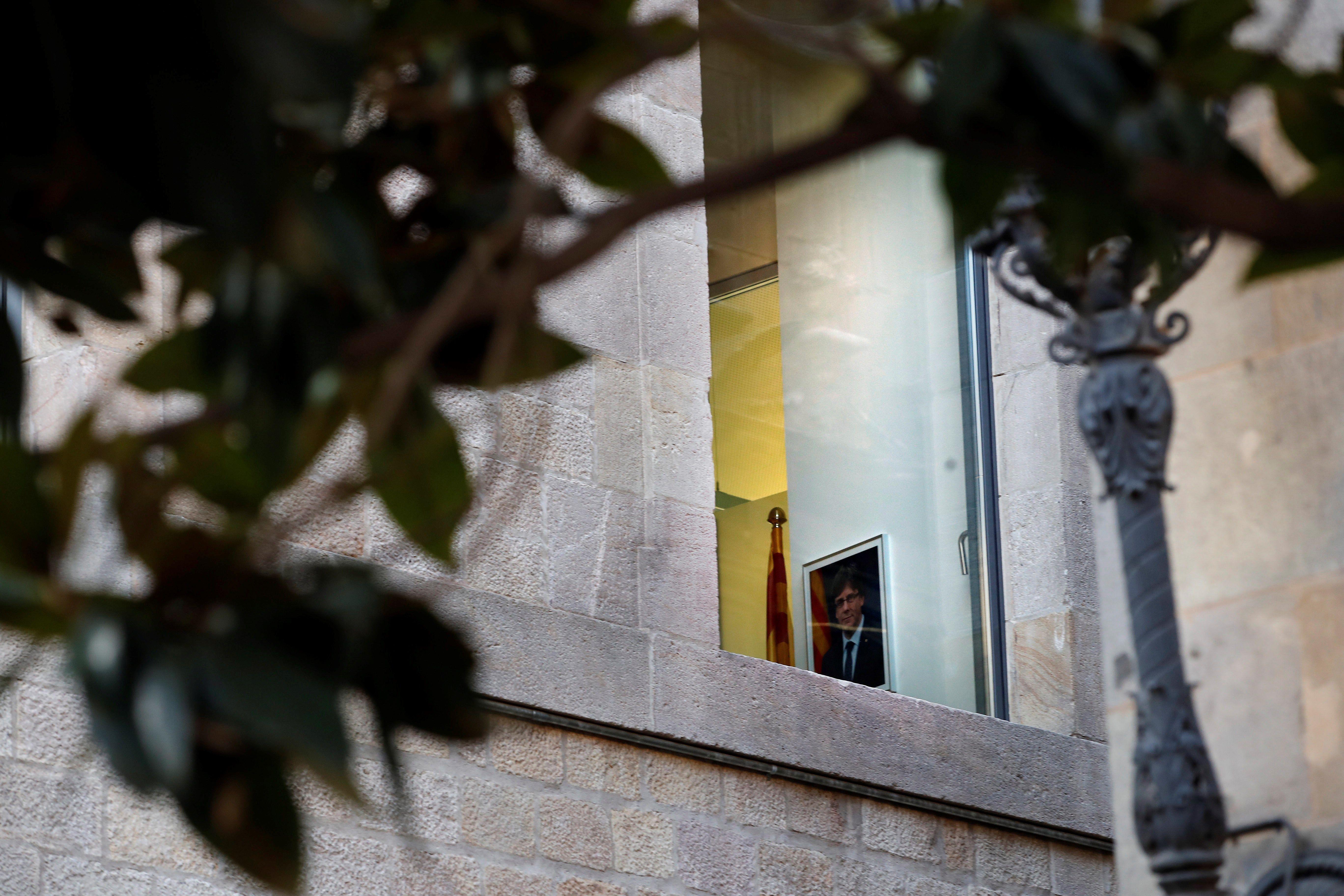Una fotografia de Carles Puigdemont, cessat pel Govern com a president català, penjada en un dels despatxos del Palau de la Generalitat. /ALBERTO ESTÉVEZ