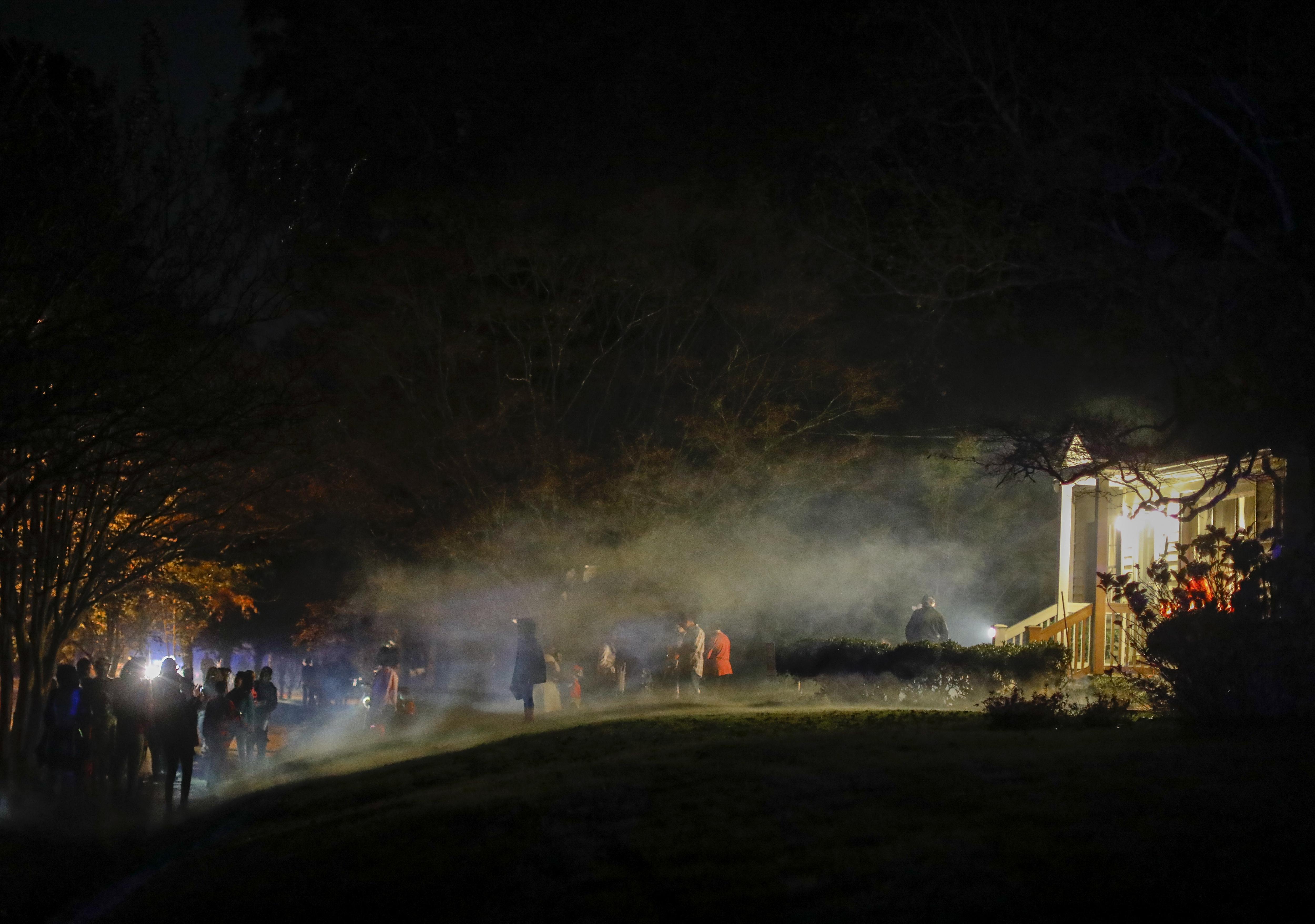 Un grup de nins disfressats visita una casa durant la nit de Halloween als EUA. /ERIK S. LESSER
