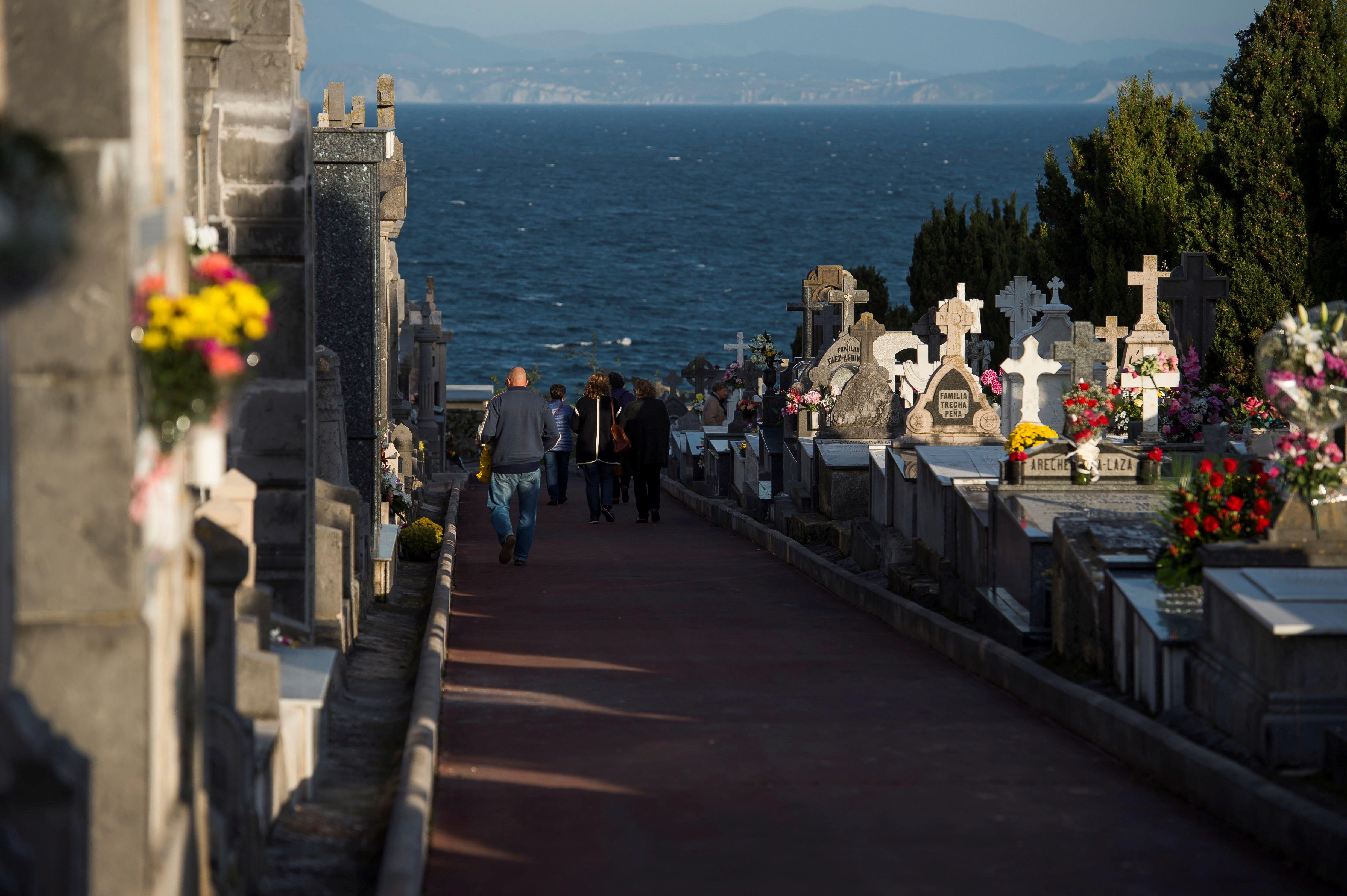 Diverses tombes i panteons en el cementiri de Ballena a Castro Urdiales (Cantàbria). /PEDRO PUENTE OYOS