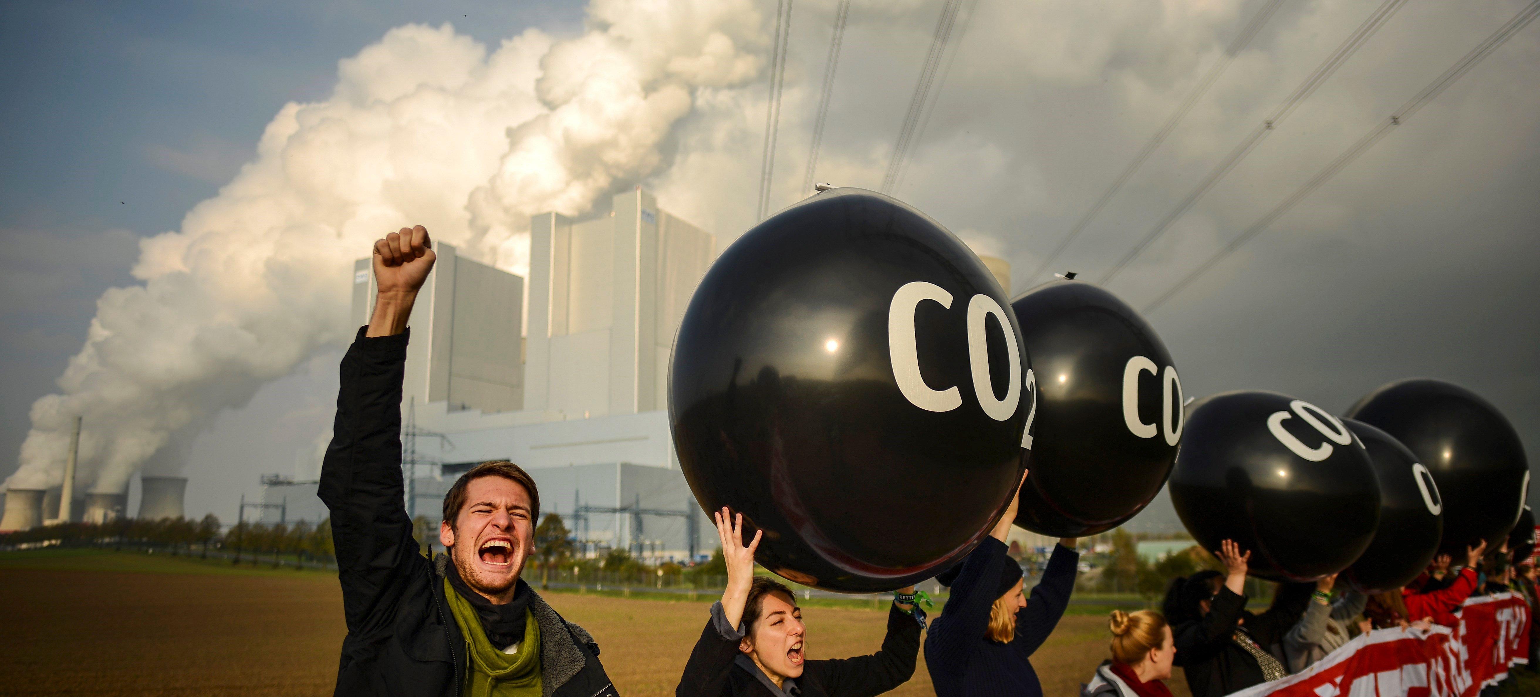 Activistes participen en una protesta davant la central elèctrica de Neurath amb motiu de la celebració de la Conferència de l'ONU sobre el Canvi Climàtic (COP23), a Grevenbroich, Alemanya. /PHILIPP GUELLAND