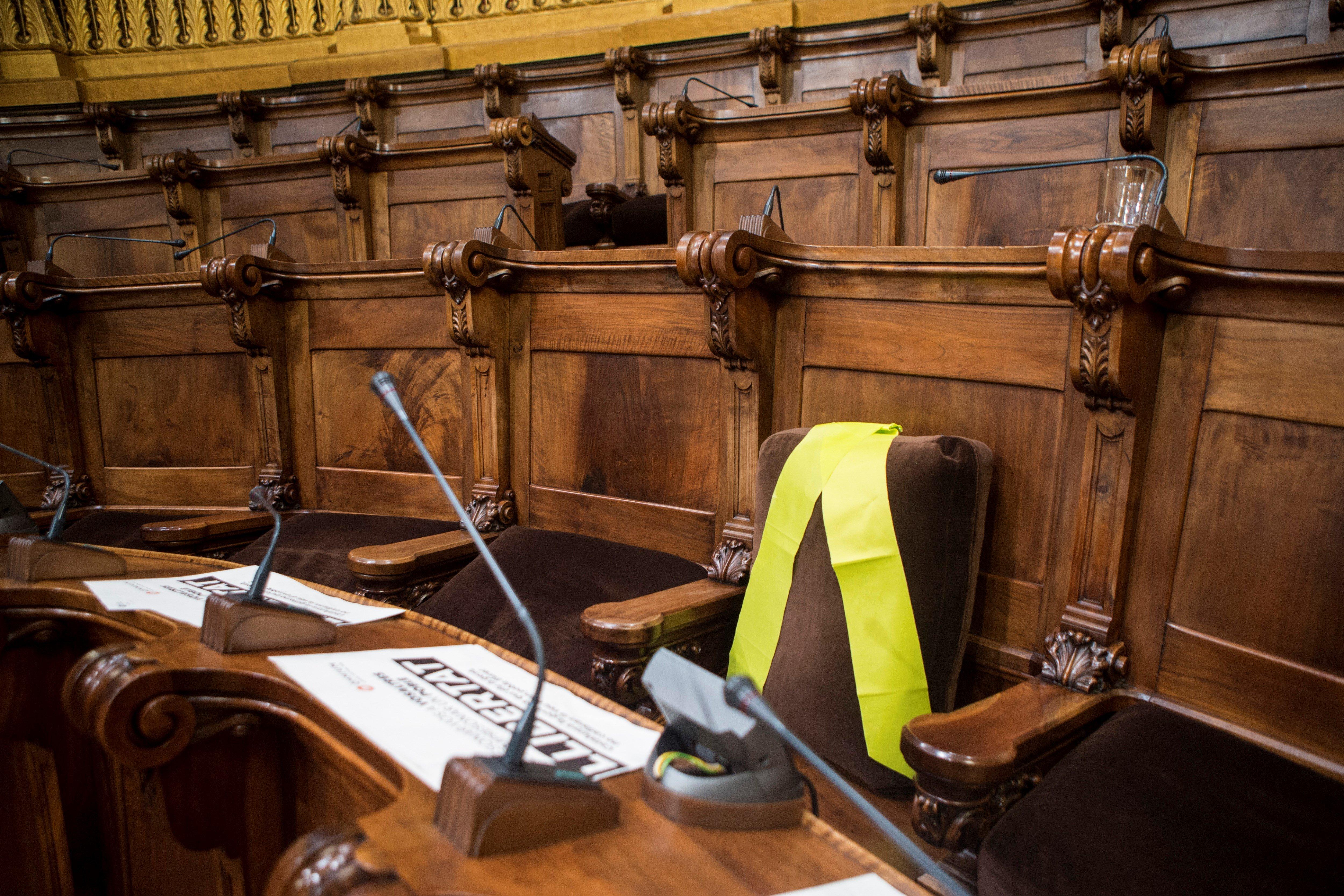 L'Ajuntament de Barcelona exigeix l'excarceració dels presos independentistes. Una llaçada gropa ocupa l'escó de Joaquim Forn, exconseller d'Interior. /QUIQUE GARCÍA