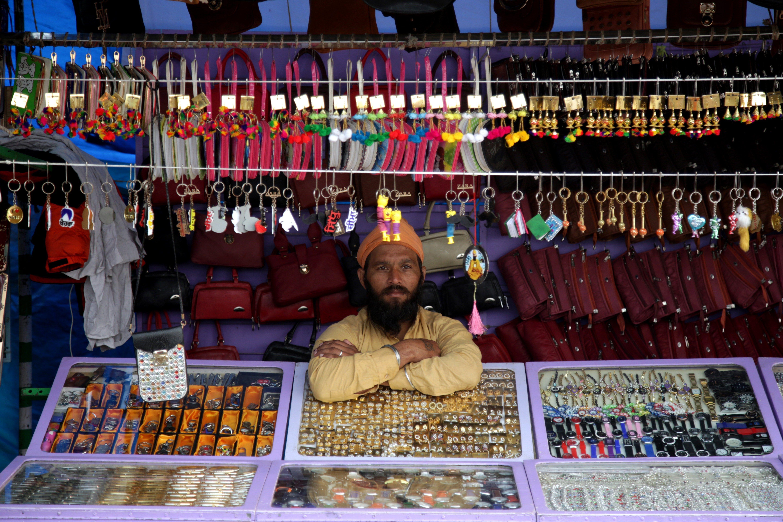 Un venedor espera clients durant la fira anual de grangers a Shama Chak Jhiri, a uns 22 quilòmetres de Jammu (Índia). /JAIPAL SINGH
