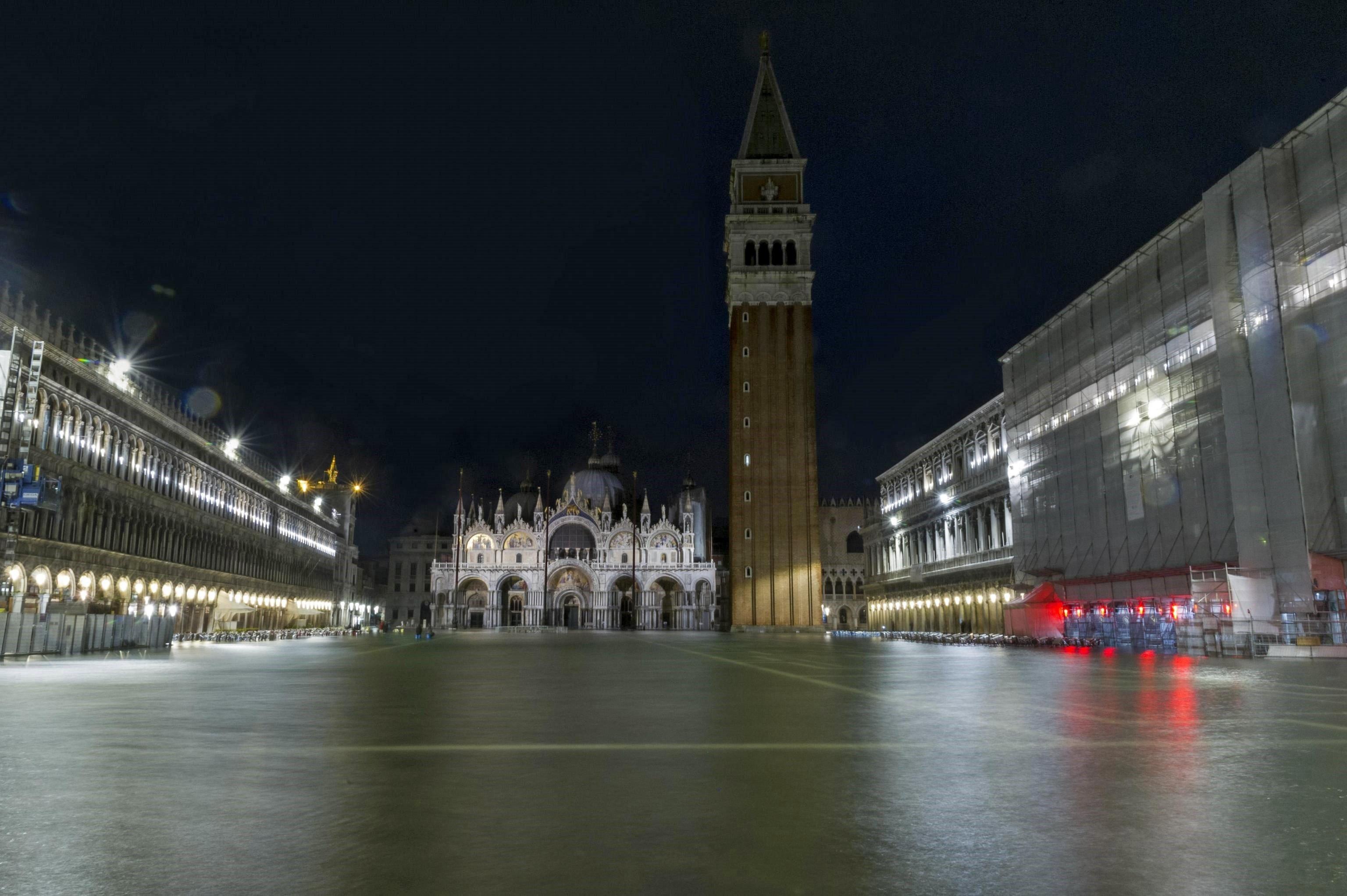 """Vista de la plaça de Sant Marc inundada a causa de la primera """"acqua alta"""", o pujada de la marea de l'any, a Venècia (Itàlia). /RICCARDO GREGOLIN"""