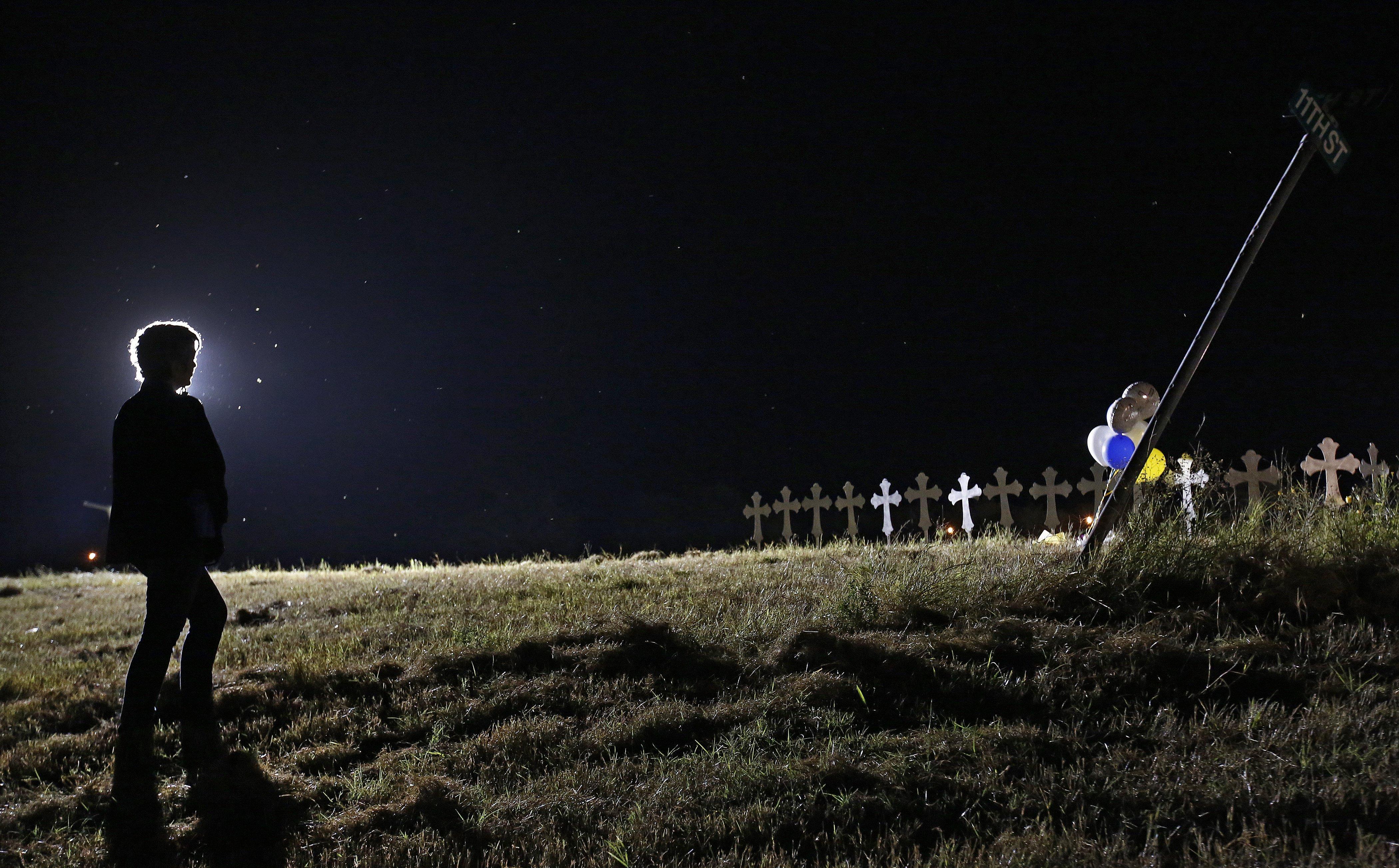 Instal·len 26 creus en un camp en honor a les persones que van morir en un tiroteig en una església de Texas, als Estats Units. /LARRY W. SMITH