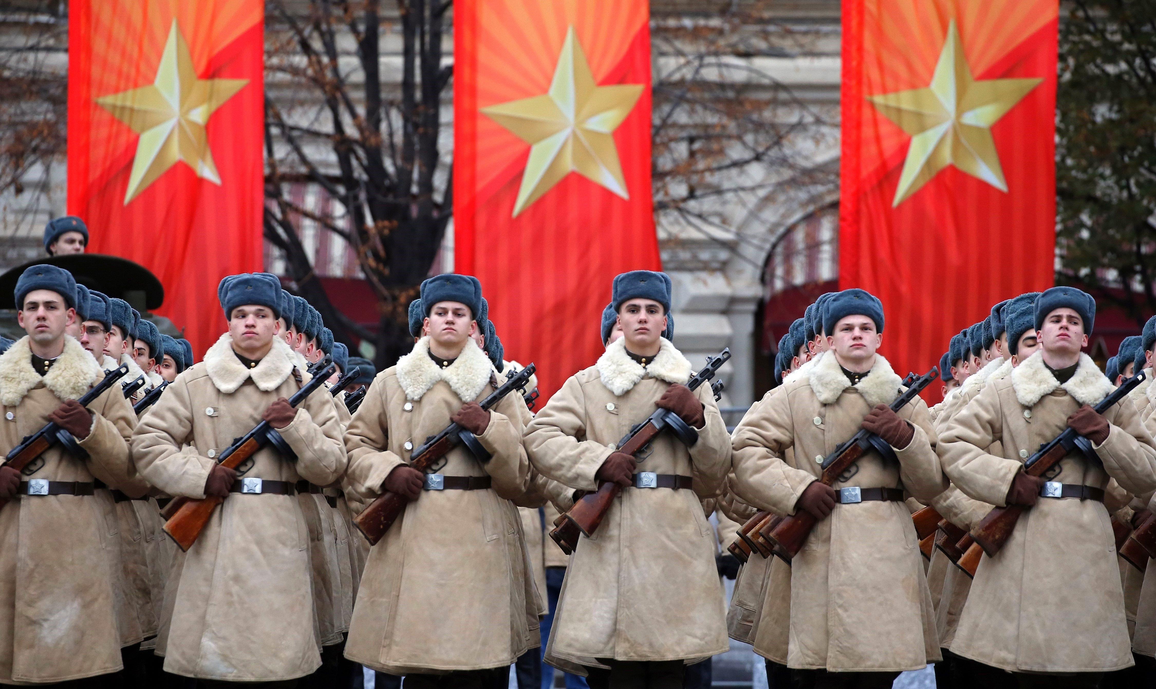 Soldats participen en les celebracions del centenari de la Revolució d'Octubre a la Plaça Vermella a Moscou (Rússia). /YURI KOCHETKOV