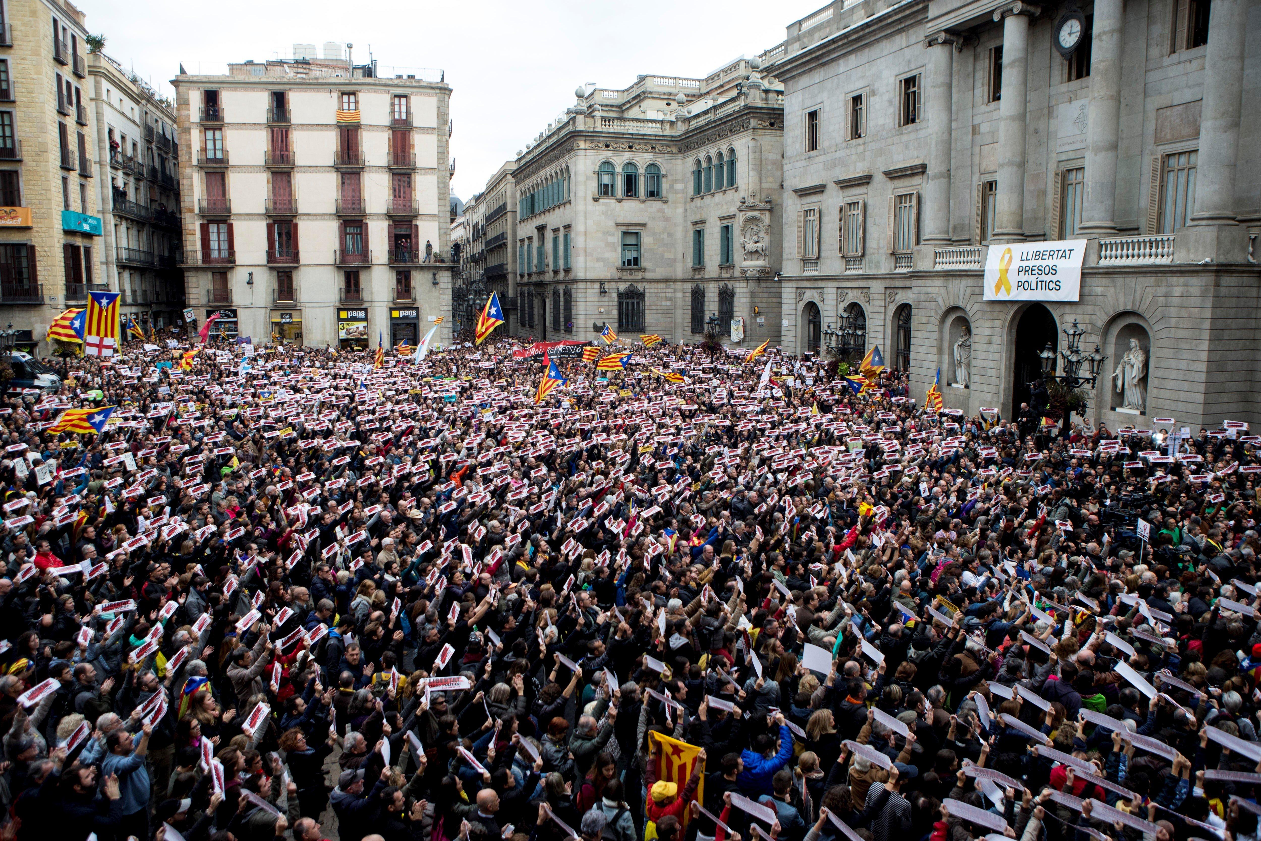 Multitudinària concentració a Barcelona per exigir la llibertat dels polítics catalans empresonats. /QUIQUE GARCÍA