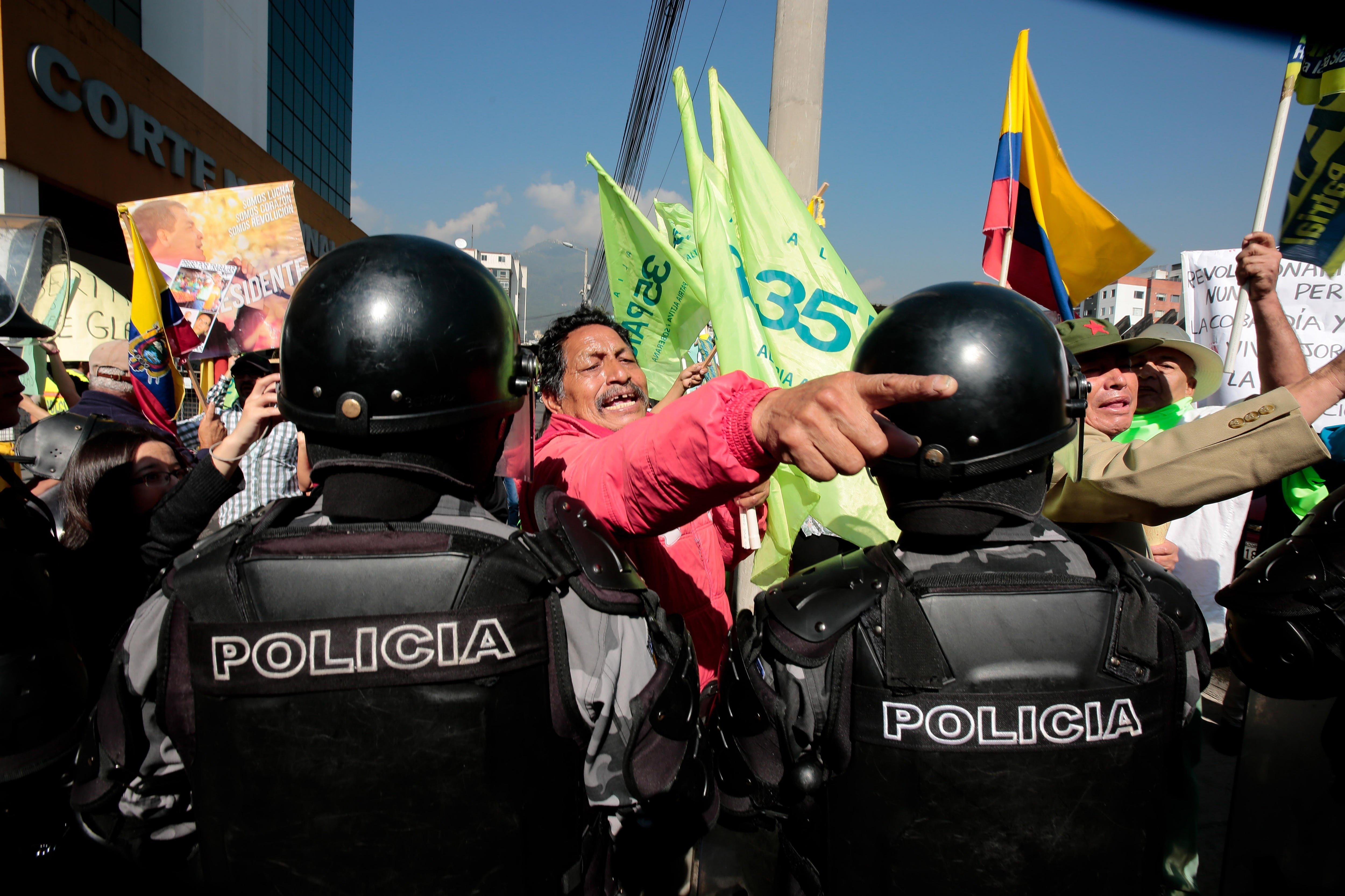 Partidaris del vicepresident equatorià Jorge Glas protesten davant de la Cort Nacional de Justícia a Quito (Equador). /JOSÉ JÁCOME