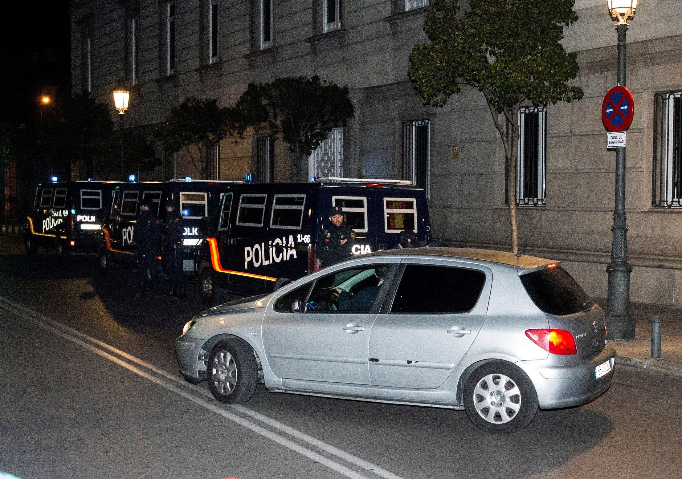 El cotxe que transporta la presidenta del Parlament de Catalunya, Carme Forcadell, surt del Tribunal Suprem en direcció a la presó d'Alcalá-Meco. /RODRIGO JIMÉNEZ