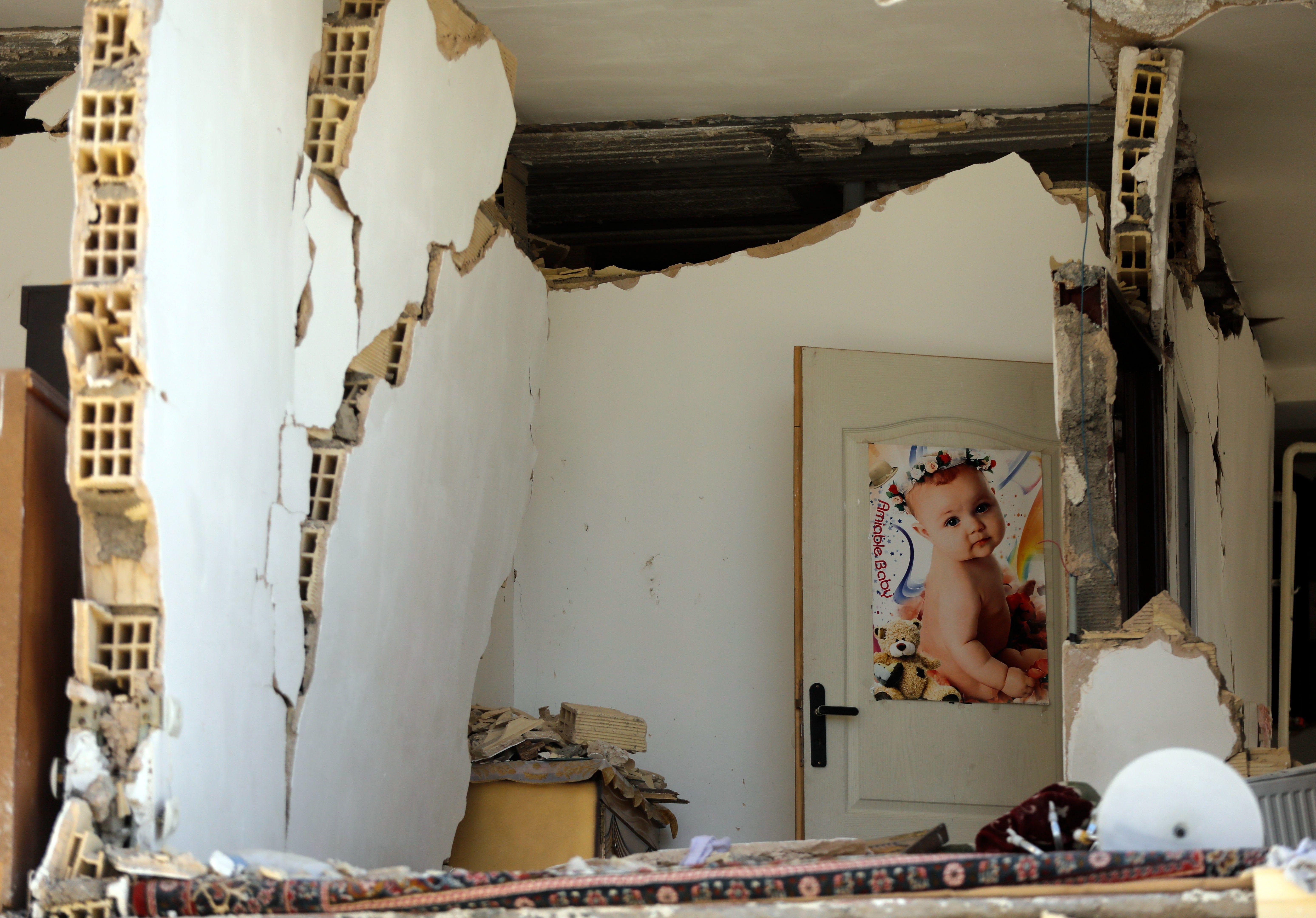 Un fort terratrèmol ha sacsejat l'Iran. Hi ha 328 morts i gairebé 4.000 ferits. /ABEDIN TAHERKENAREH