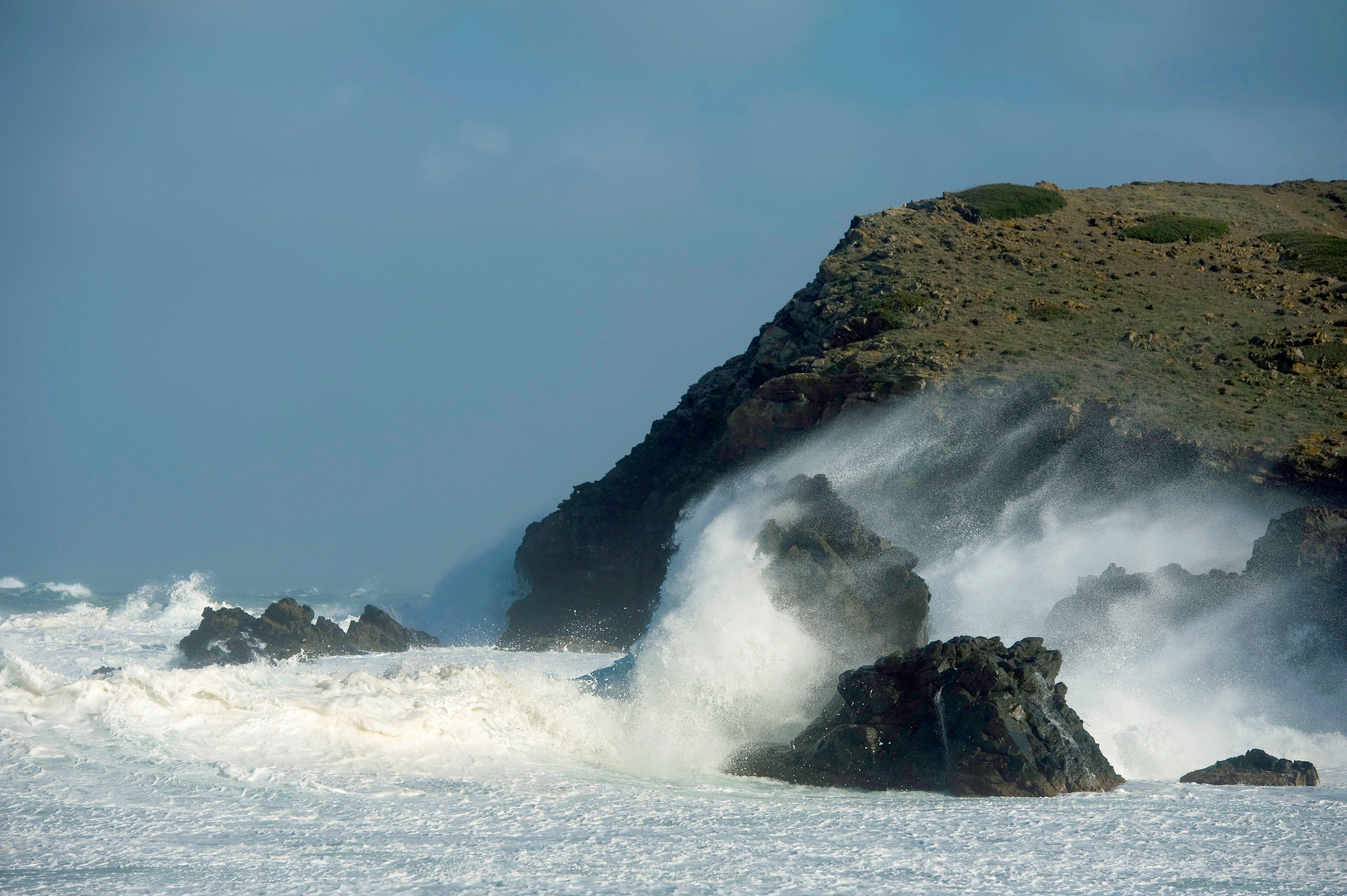 Fortes ones trenquen a cala sa Mesquida, a Maó (Menorca). /DAVID ARQUIMBAU