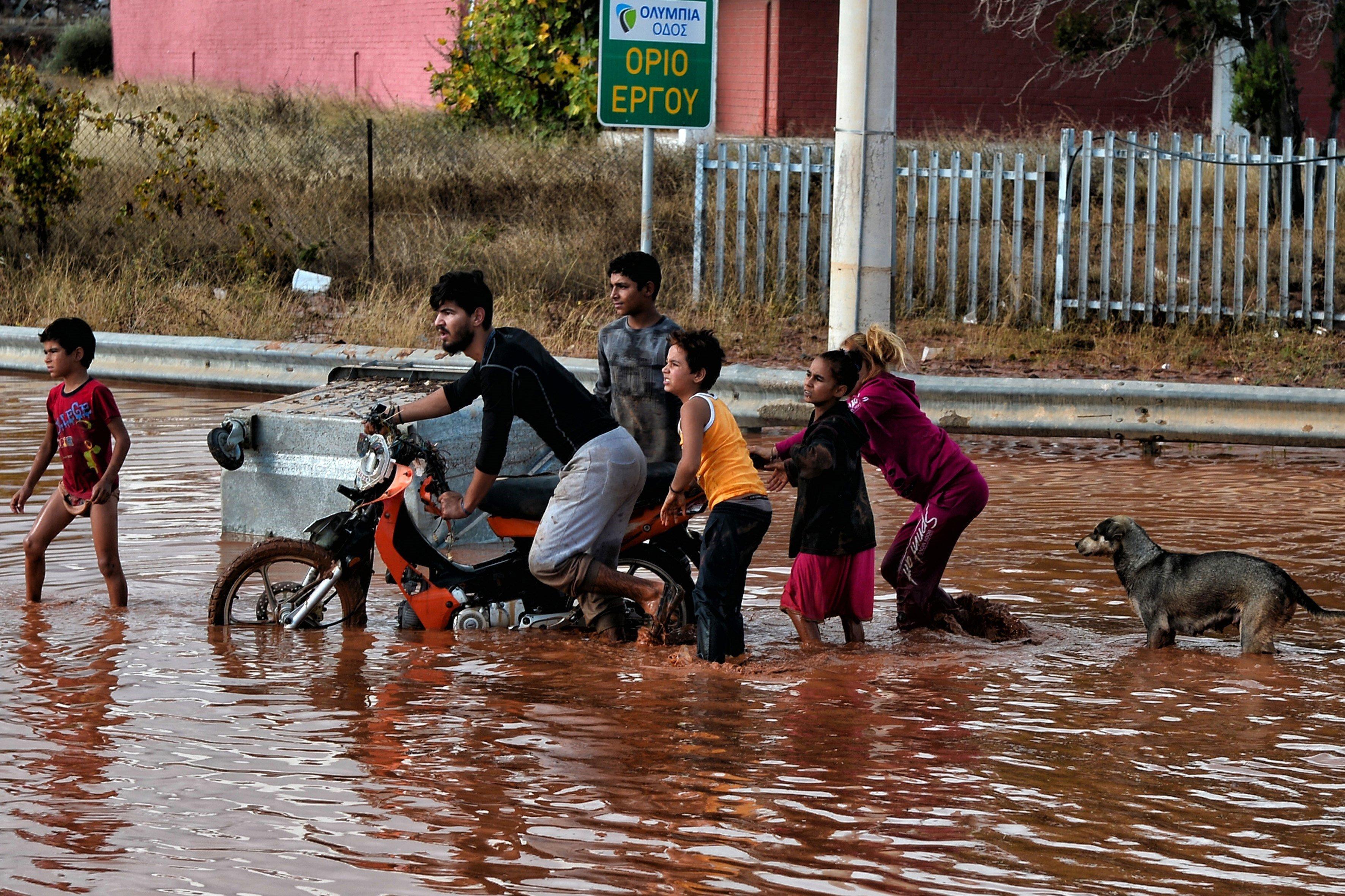Almenys quatre persones moren per inundacions prop d'Atenes. /YANNIS KEMMOS