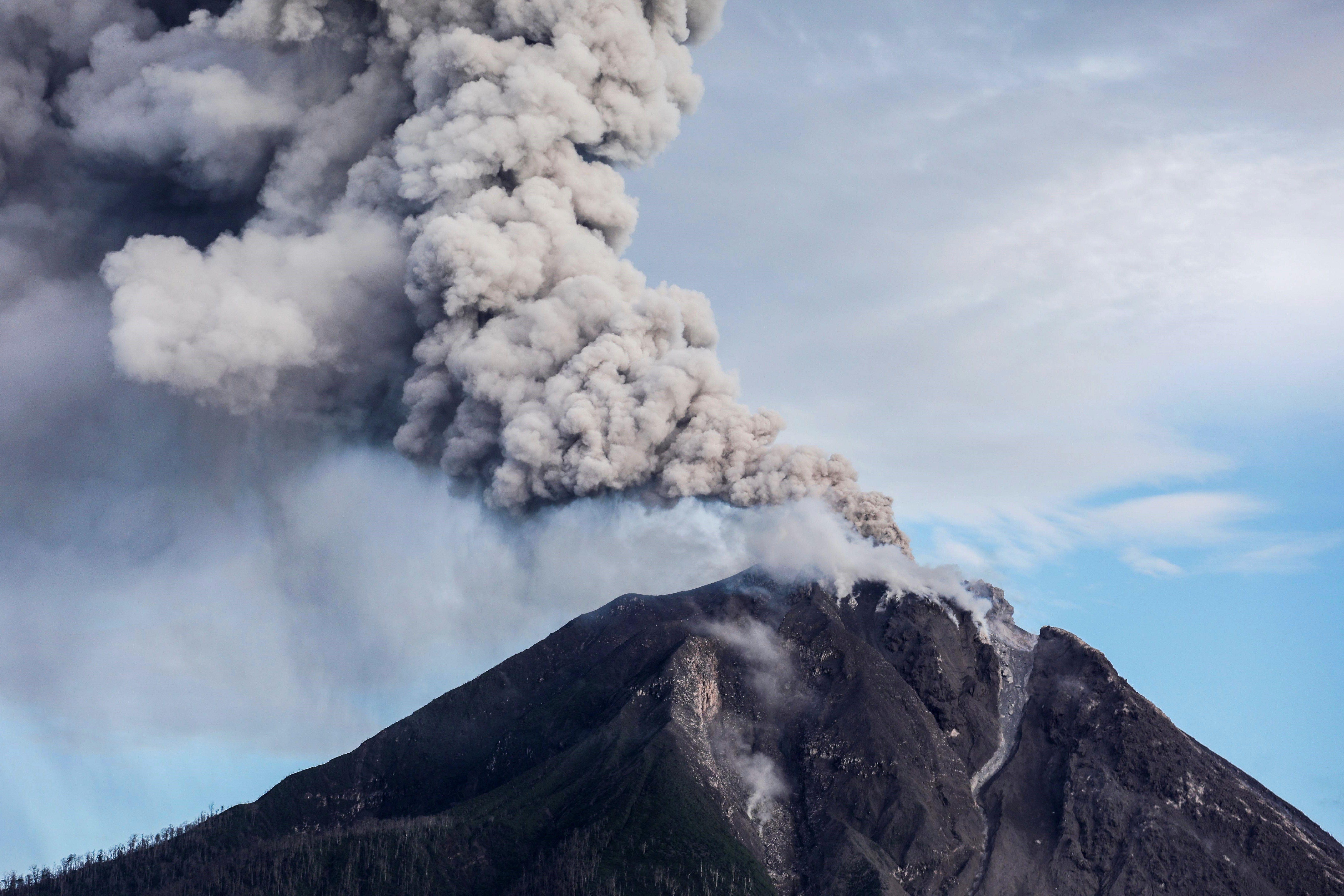 El volcà Sinabung expulsa cendra i lava a la illa indonèsia de Sumatra. /DEDI SINUHAJI