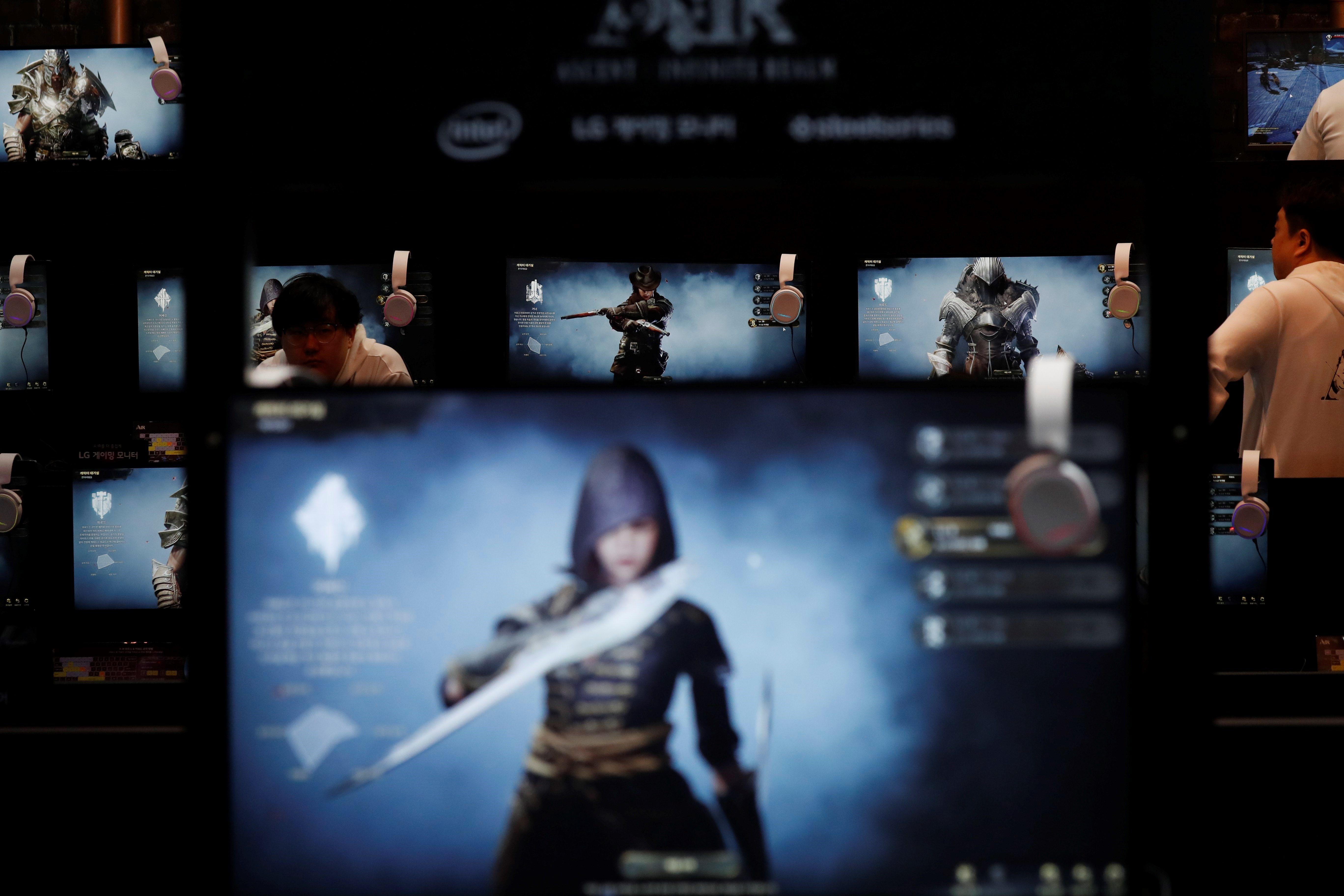 Assistents juguen al videojoc AIR (Ascent: Infinite Realm) durant la fira G-Star 2017 al centre d'exposicions BEXCO de Busán (Corea del Sud). /JEON HEON-KYUN