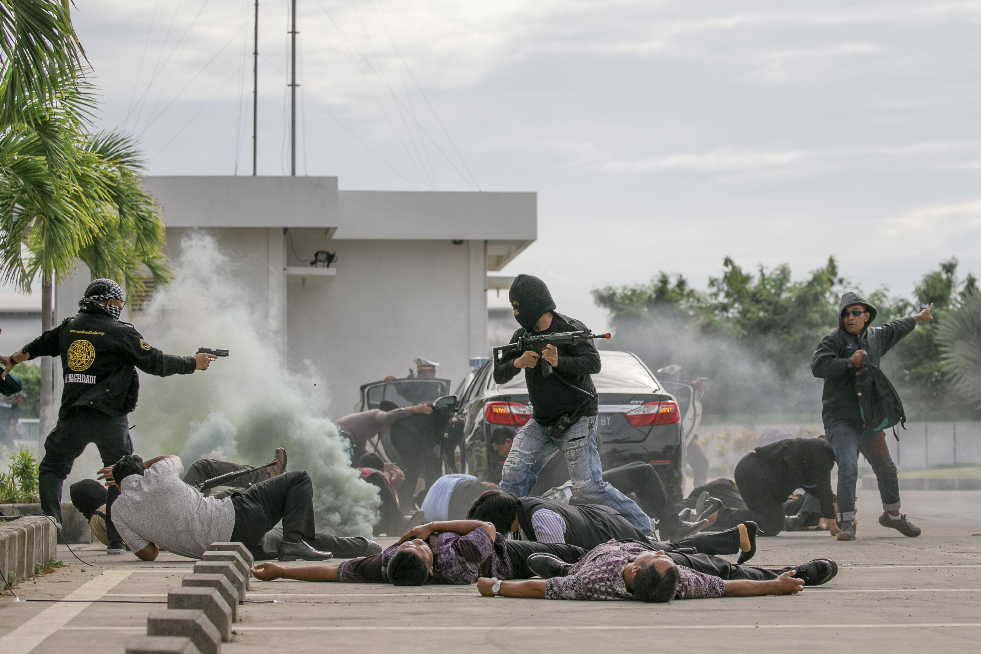 La policia d'indonèsia demostra les seves habilitats antiterroristes en un simulacre de seguretat a l'Aeroport Internacional de Bali, a Denpasar (Indonèsia). /MADE NAGI