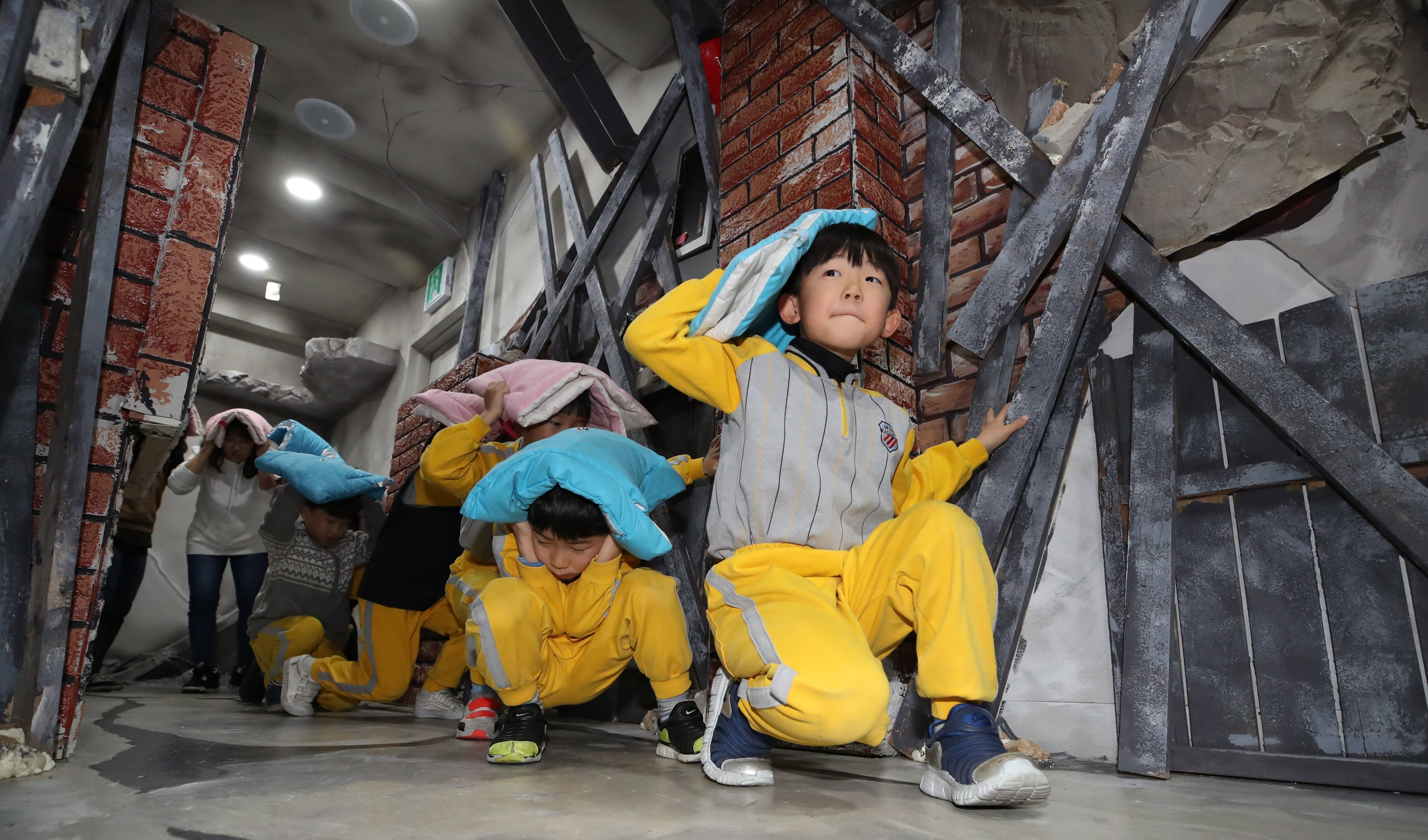 Nins sud-coreans aprenen a protegir-se en cas de terratrèmol. /YONHAP