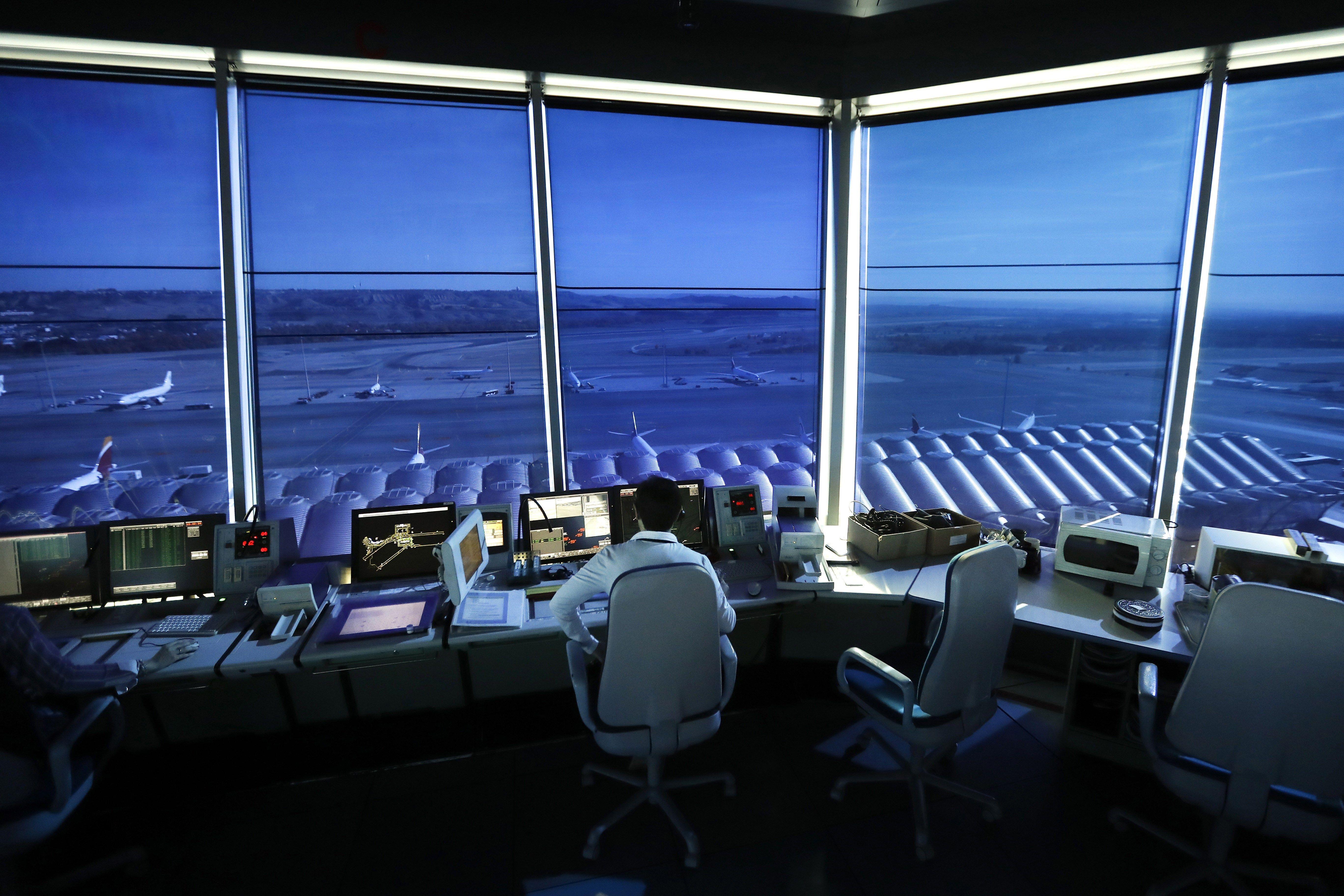 Enaire, gestor de navegació aèria a Espanya, ha rebut fins ara 900 sol·licituds per a la convocatòria de 130 places de controladors que té oberta fins al pròxim 24 de novembre. /JUAN CARLOS HIDALGO