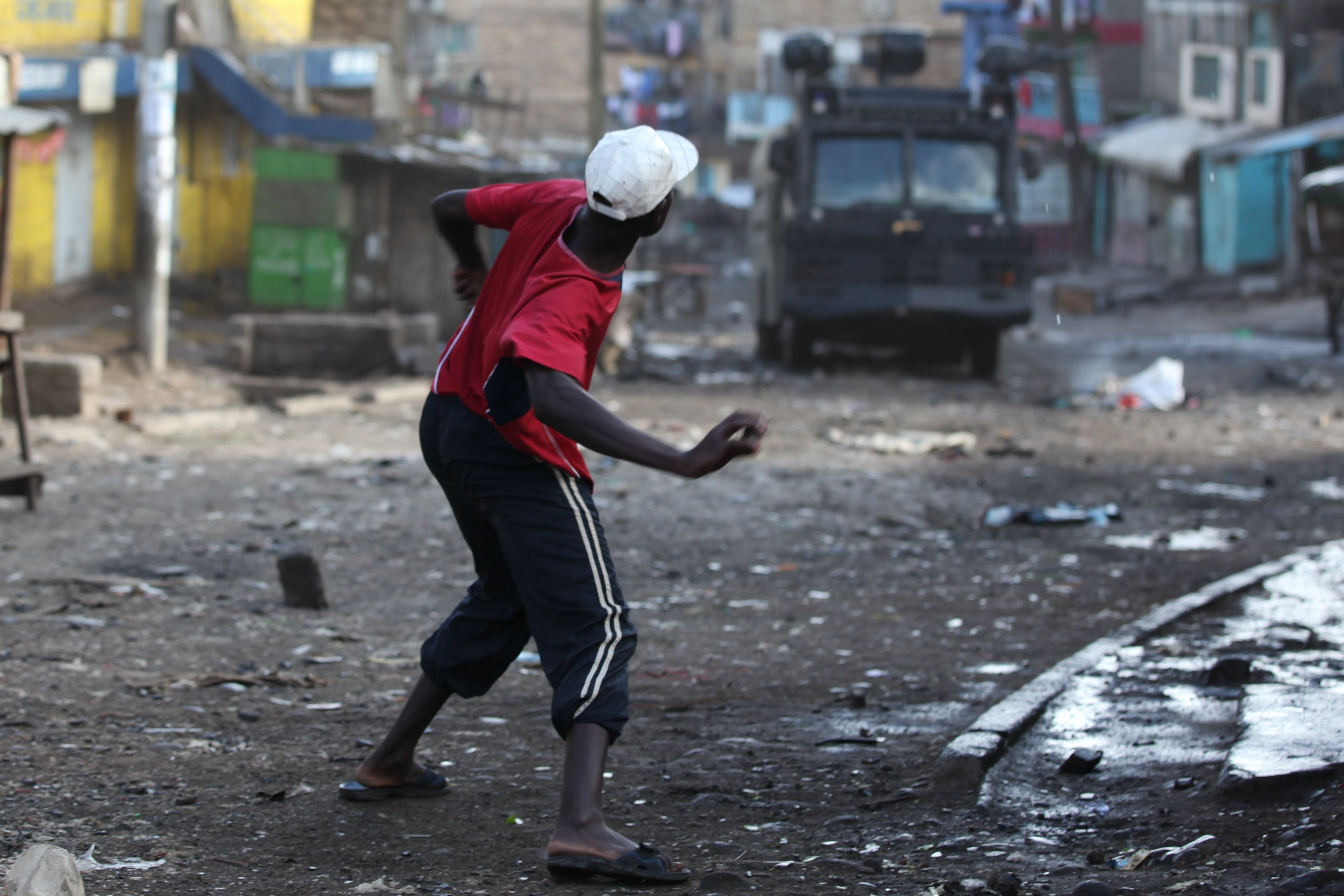 Un simpatitzant de Súper Aliança Nacional (NASA) llança pedres contra un vehicle policial durant els enfrontaments entre opositors i policia a Nairobi, Kenya. /DANIEL IRUNGU