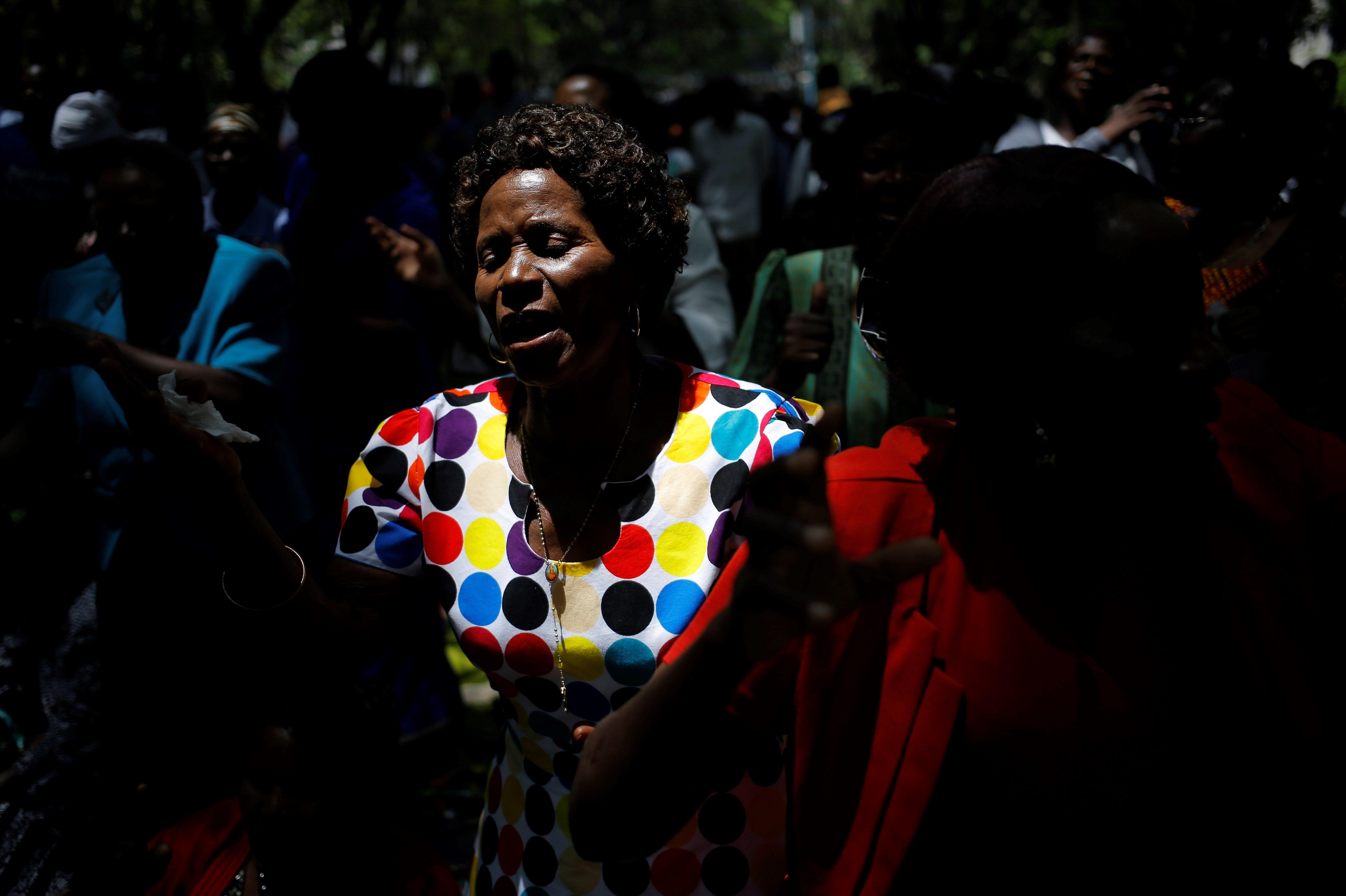 Manifestants protesten davant el Parlament de Zimbàbue, que celebra una sessió per tractar una moció de censura contra el president Robert Mugabe. /KIM LUDBROOK