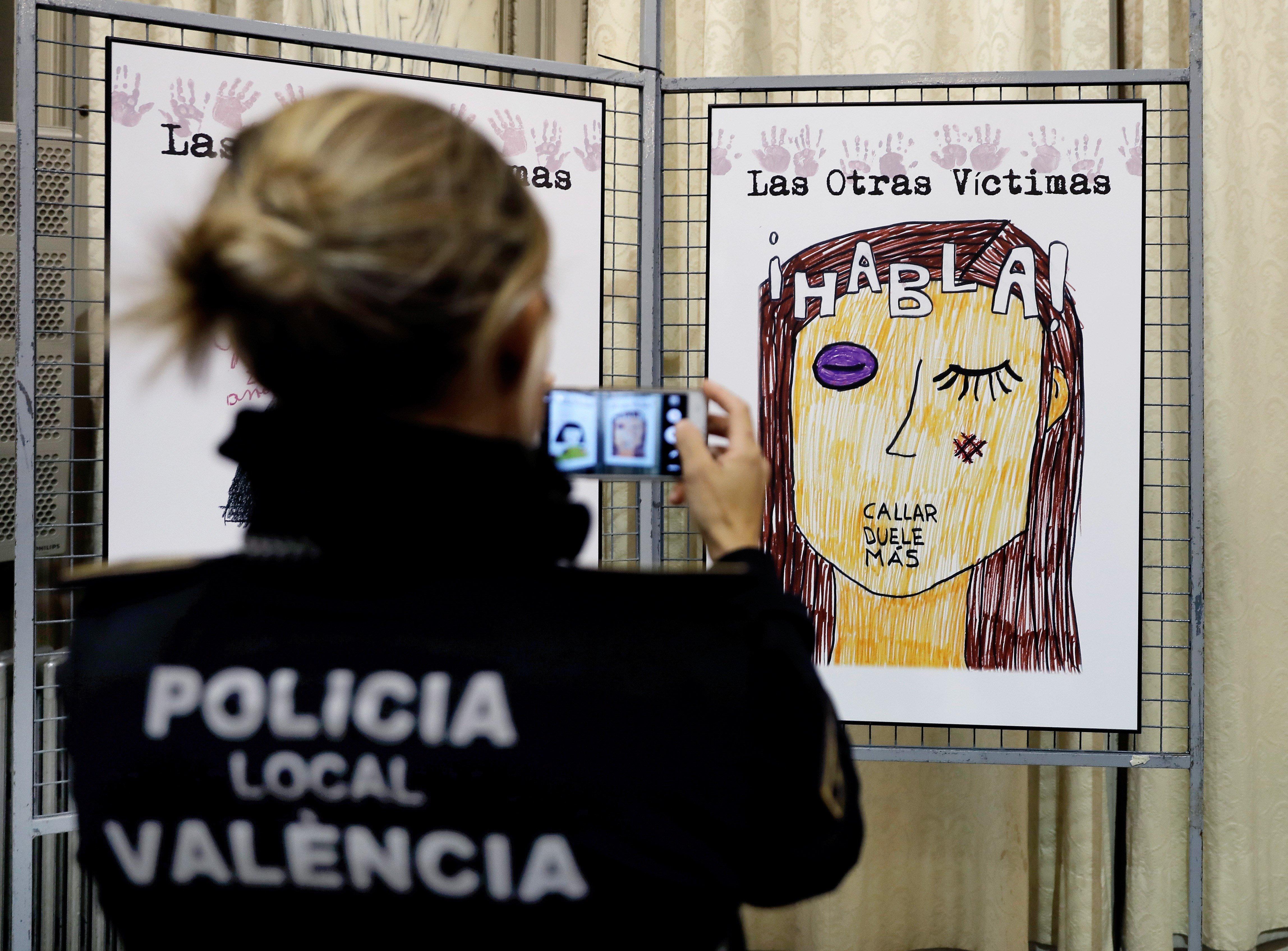 Una exposició presenta els dibuixos que han fet els fills de víctimes de violència masclista mentre els agents atenien les seves mares. /JUAN CARLOS CÁRDENAS