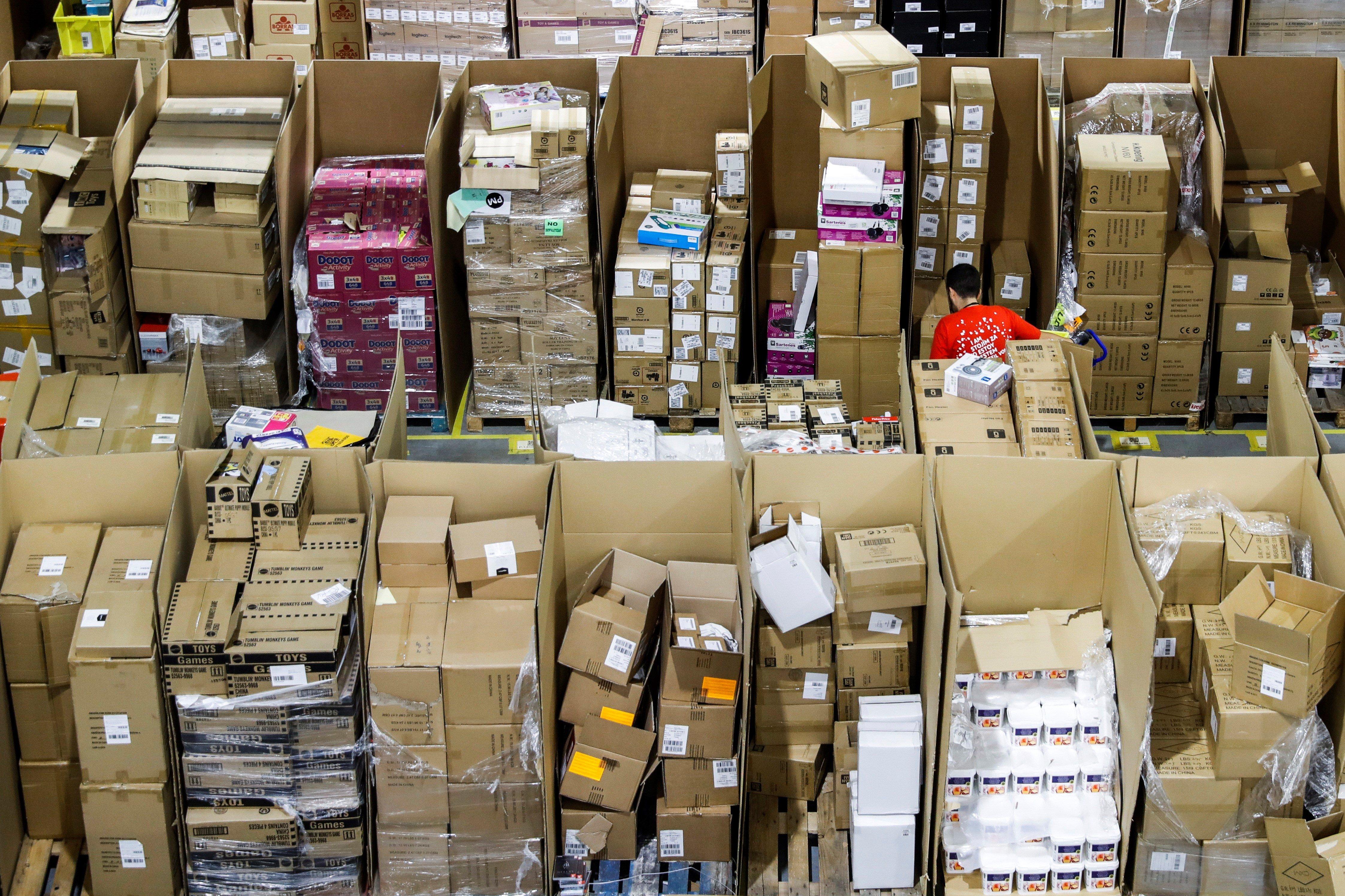 Un operari treballa a la nau de distribució d'Amazon. Amb motiu del 'Black Friday', el gegant del comerç electrònic és una de les empreses capdavanteres en l'aposta per aquest dia. /EMILIO TARONGER