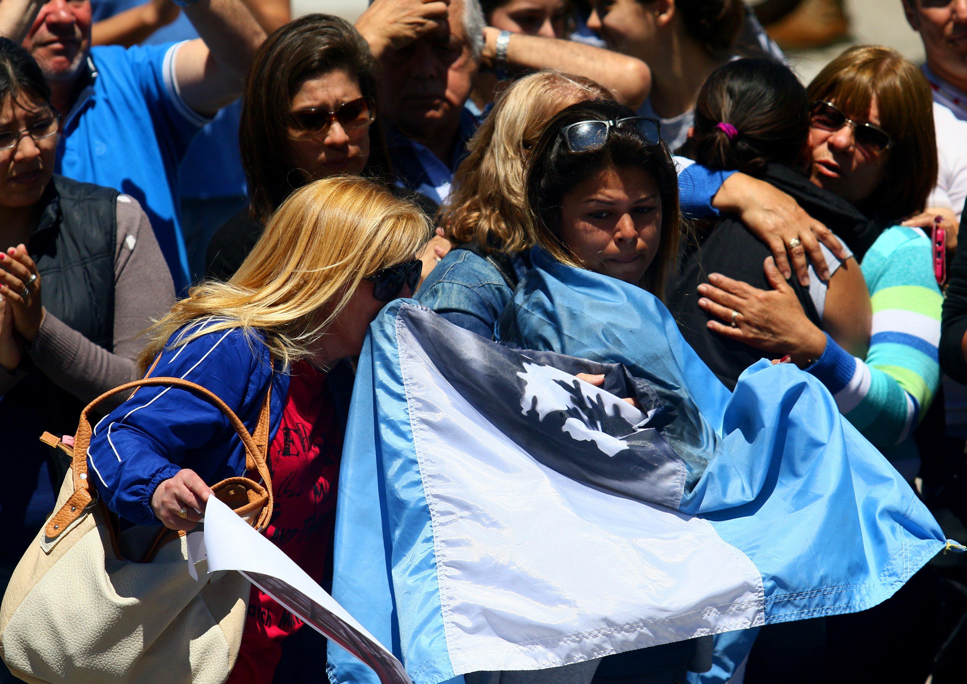 Desenes de persones abracen a les famílies dels tripulants del submarí argentí. /MURICIO ARDUIN