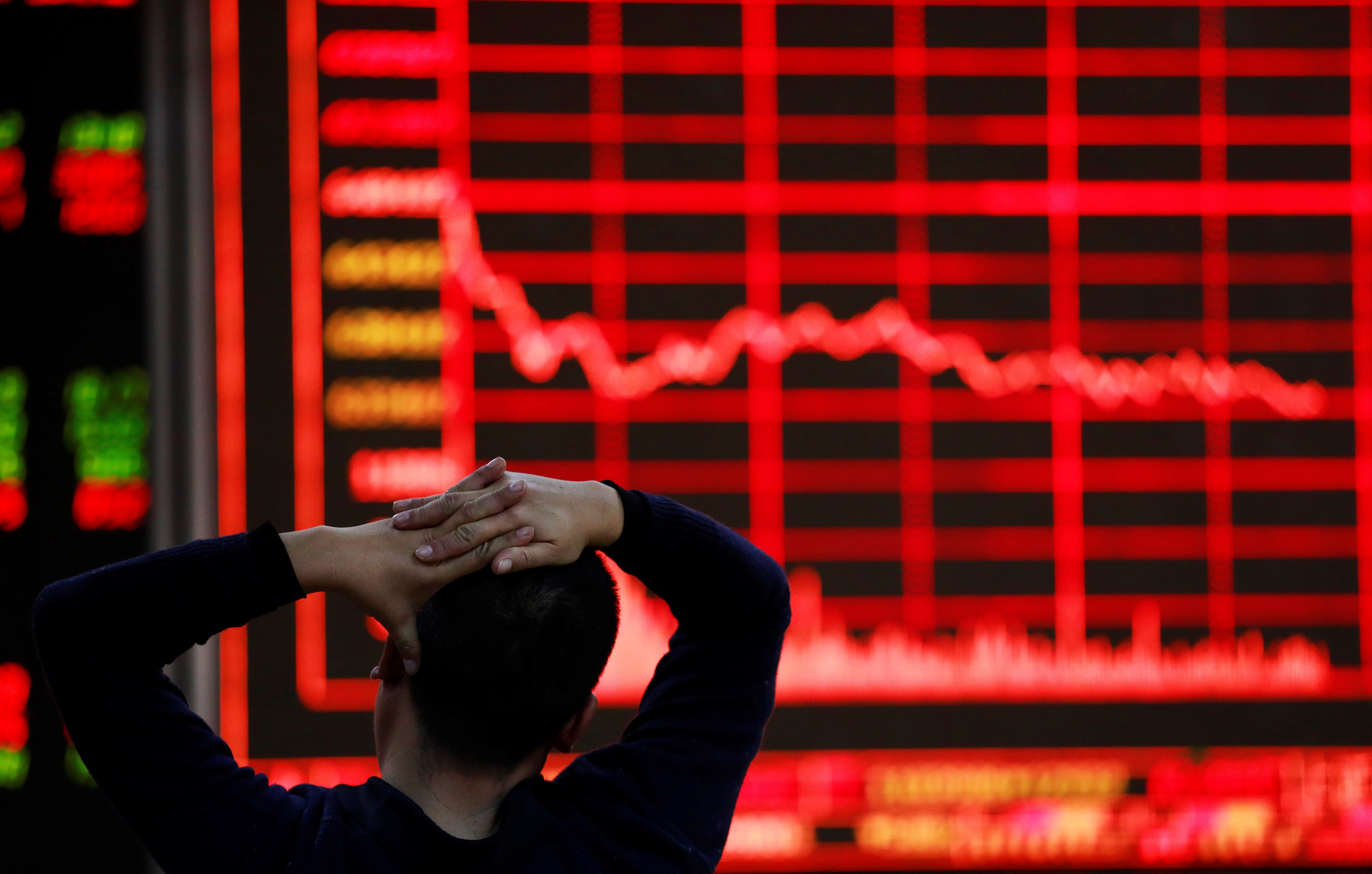 La borsa de Xangai, el principal mercat de valors de la Xina, ha tancat la sessió amb una baixada del 0,94%, equivalent a 31,59 punts, i es va col·locar en 3.322,23 unitats. /HOW HWEE YOUNG