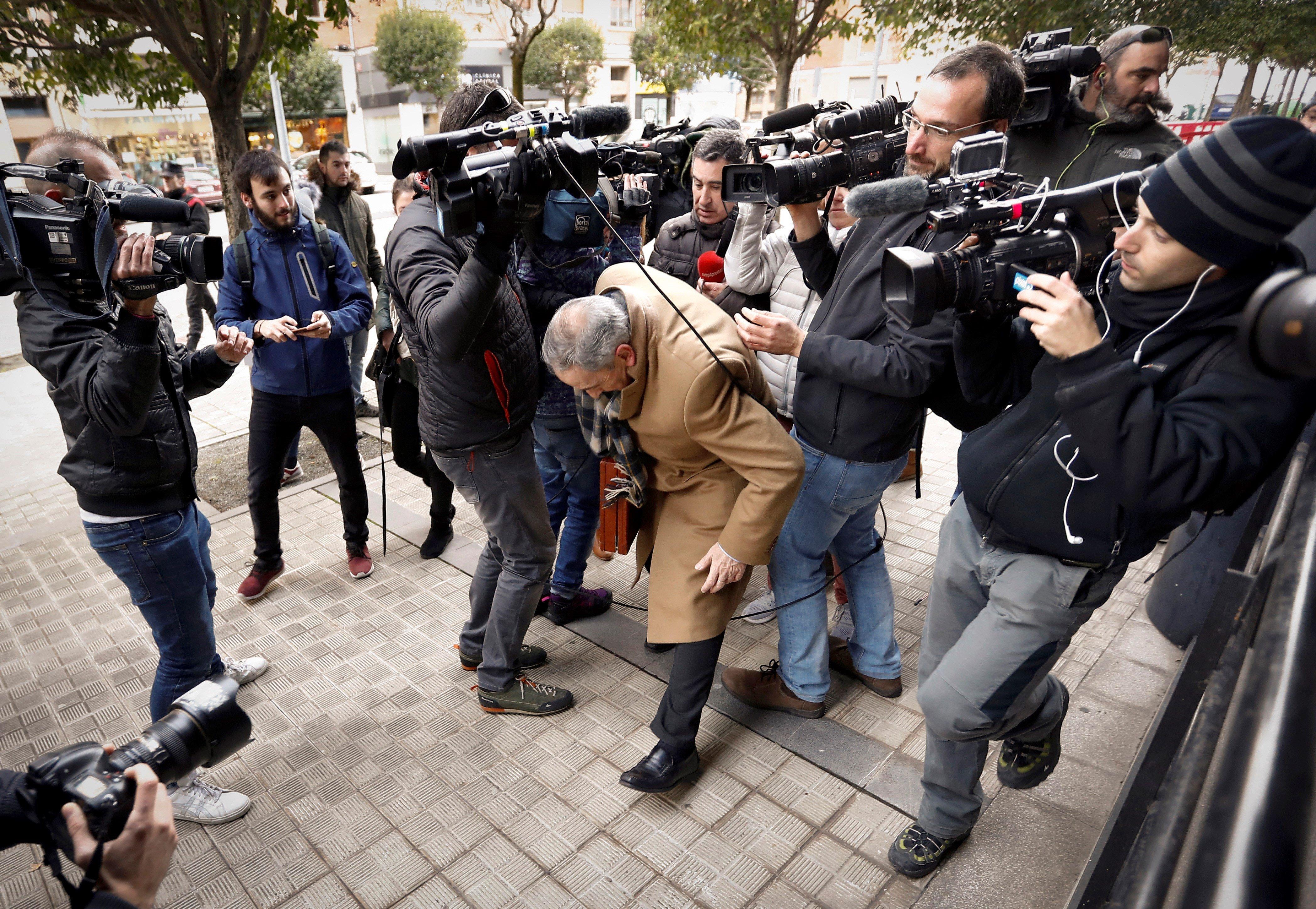 L'advocat de la jove que va denunciar haver sofert una violació grupal en els sanfermines del 2016, Carlos Bacaicoa, a la seva arribada al Palau de Justícia de Navarra. /VILLAR LÓPEZ