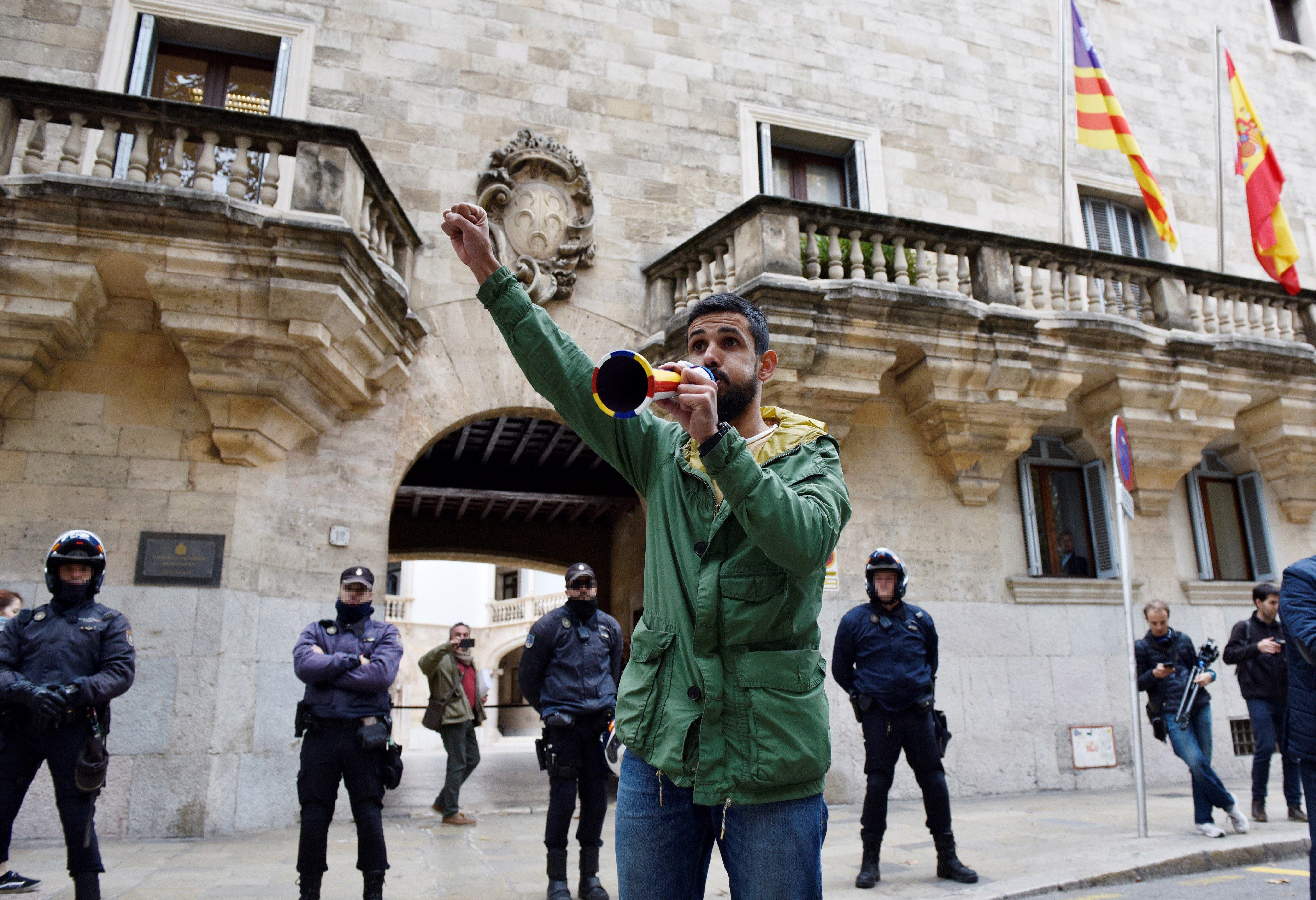 L'advocat Vicente 'Coco' Campaner protesta contra la instrucció de l'anomenat cas Cursach. /ATIENZA