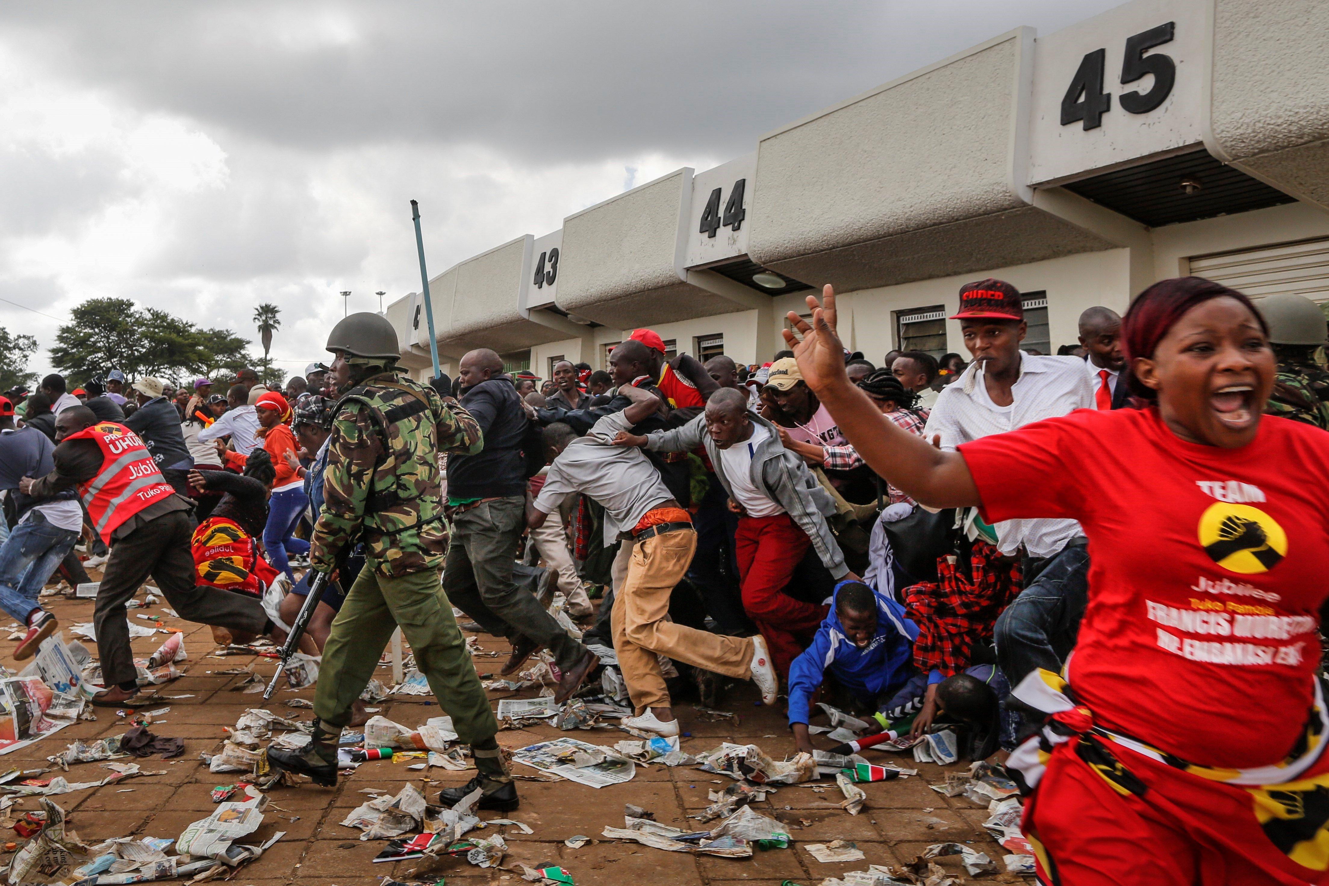 La policia carrega contra una multitud que intenta irrompre a l'estadi on el president electe Uhuru Kenyatta està a punt d'arribar per assistir a la seva cerimònia d'investidura a Nairobi (Kenya). /DAI KUROKAWA