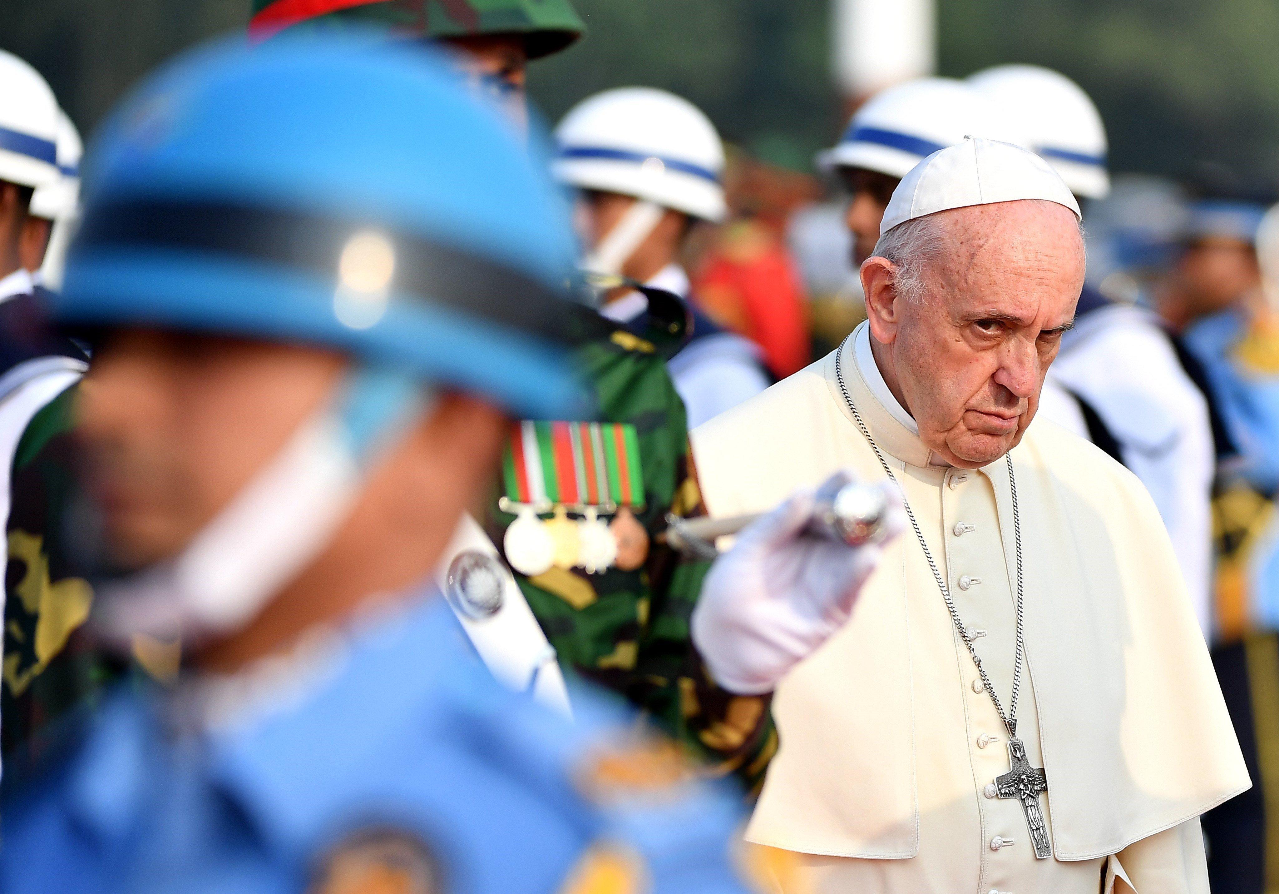 El papa Francesc passa revista a la guàrdia d'honor a la seva arribada a l'Aeroport Internacional de Daca (Bangladesh). /ETTORE FERRARI