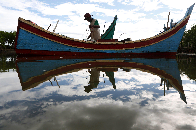 Un pescador pesca en el port pesquer de Banda Aceh, a Indonèsia. /HOTLI SIMANJUNTAK