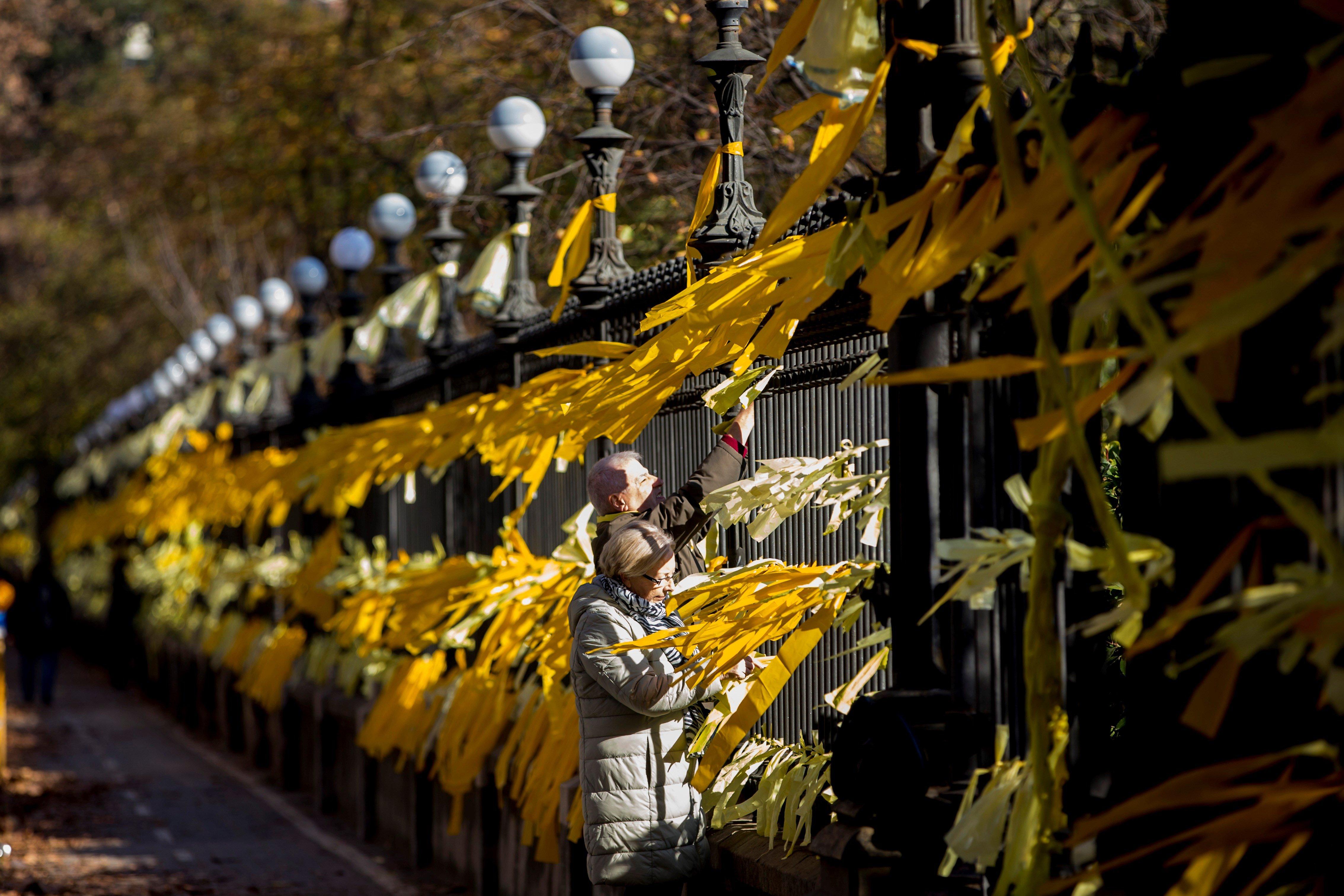 El parc de la Ciutadella de Barcelona, on hi ha el Parlament de Catalunya, ha omplert amb tots els seus reixats plens de petits llaços grocs com a símbol que suport a la llibertat dels empresonats pel procés independentista. /QUIQUE GARCÍA