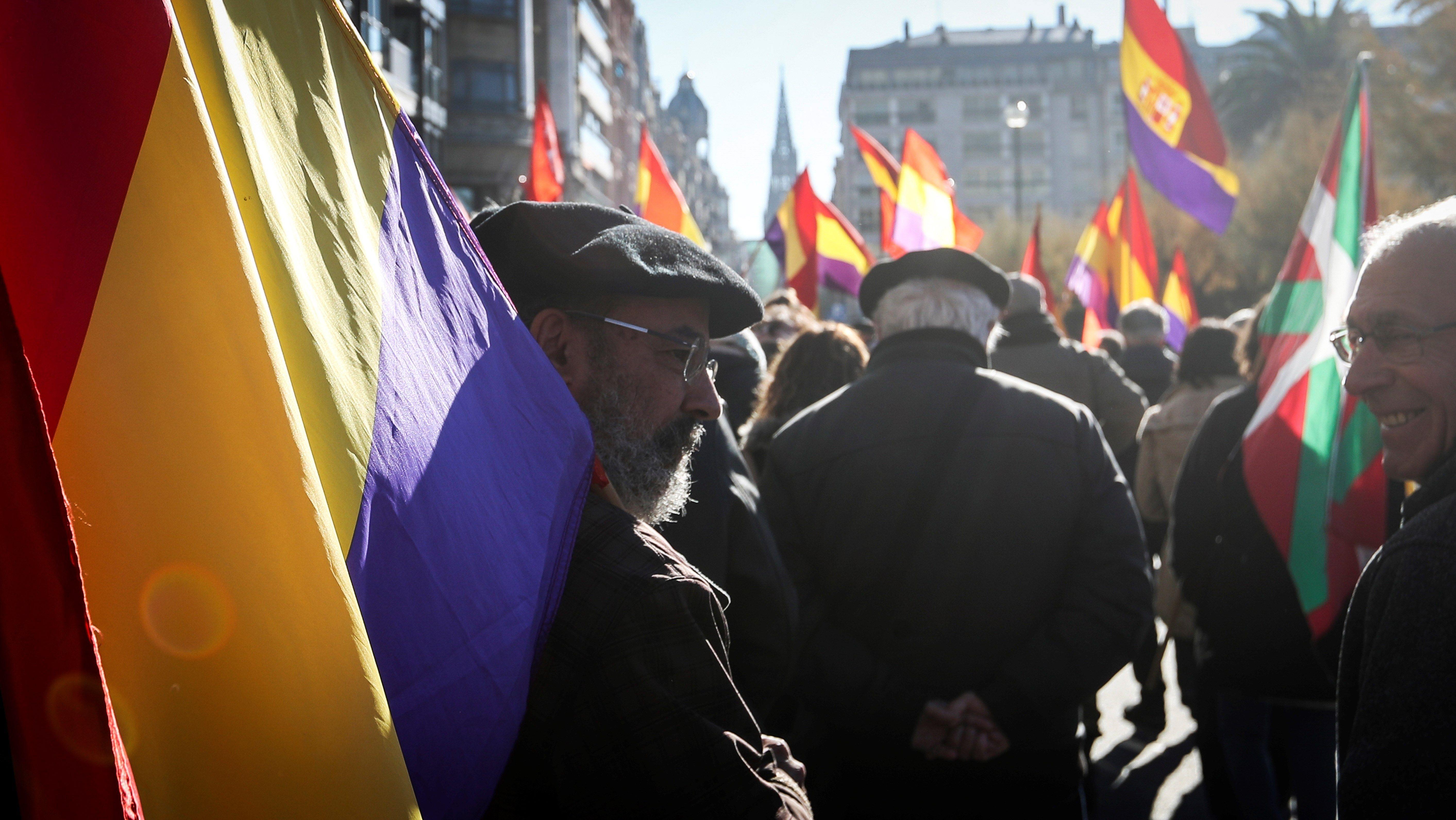 """Una manifestació convocada per les associacions republicanes d'Euskadi a favor de la República i per """"reclamar una nova Constitució"""", recorre els carrers de Sant Sebastià. /JAVIER ETXEZARRETA"""