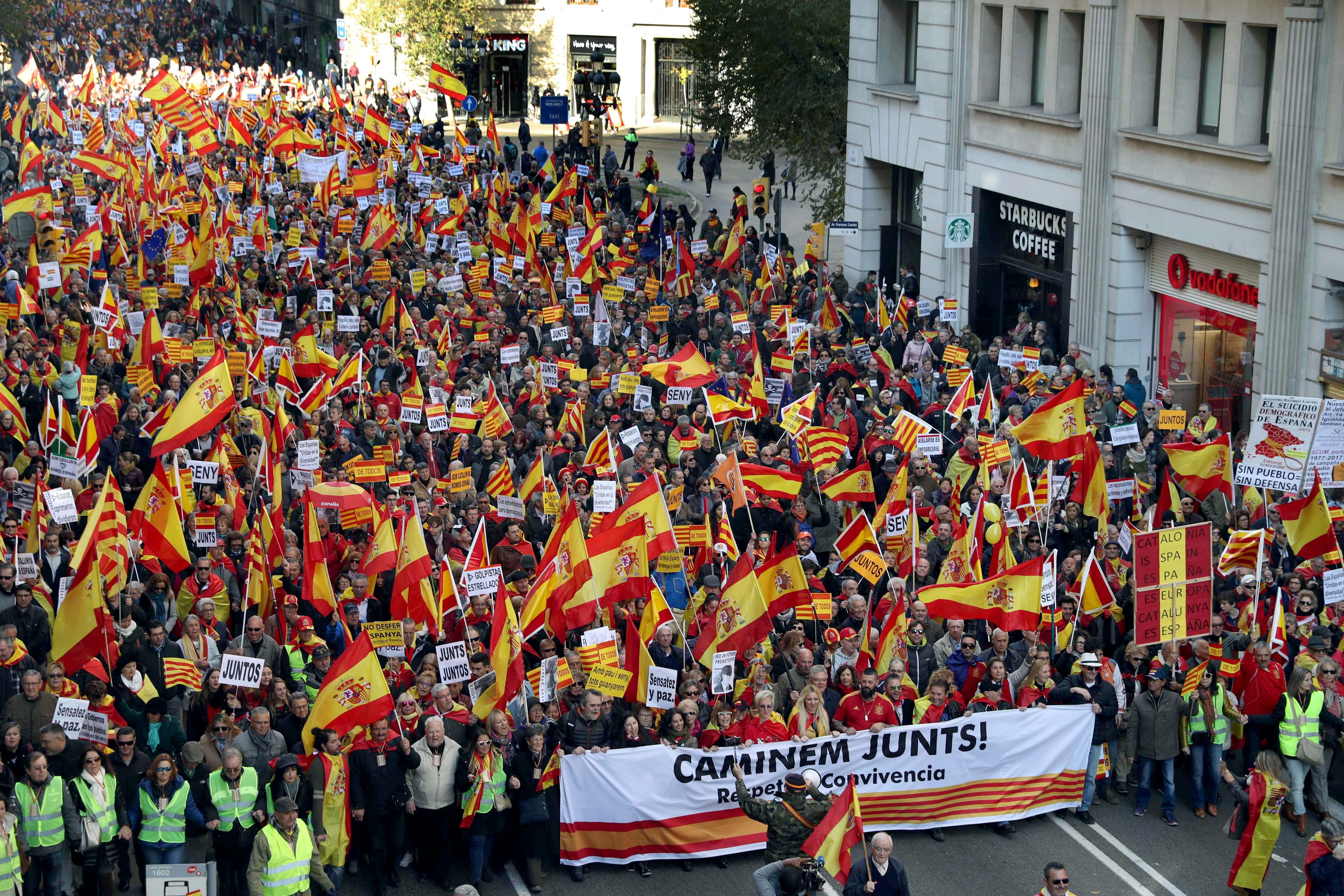 Unes 12.000 persones, segons la Guàrdia Urbana, es manifesten a Barcelona a favor de la Constitució. /TONI ALBIR