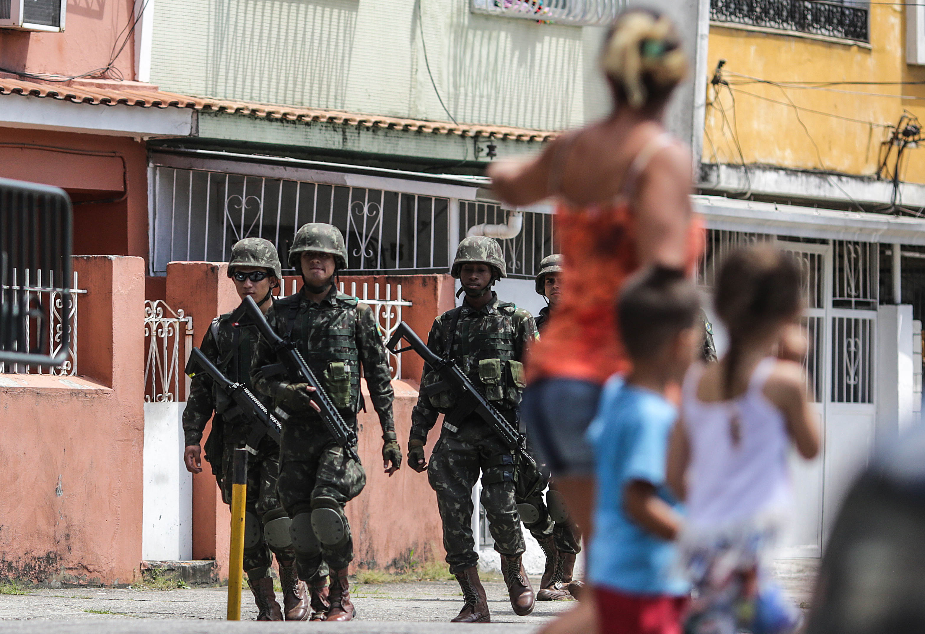 """Agents de l'Exèrcit patrullen després de l'arrest del narcotraficant brasiler Rogerio Avelino de Souza, conegut com a """"Rogerio 157"""", el més buscat de Rio de Janeiro per ser el líder d'una banda que protagonitza des de fa mesos una """"guerra"""" en la favela més gran d'aquesta ciutat (Brasil). /ANTONIO LACERDA"""