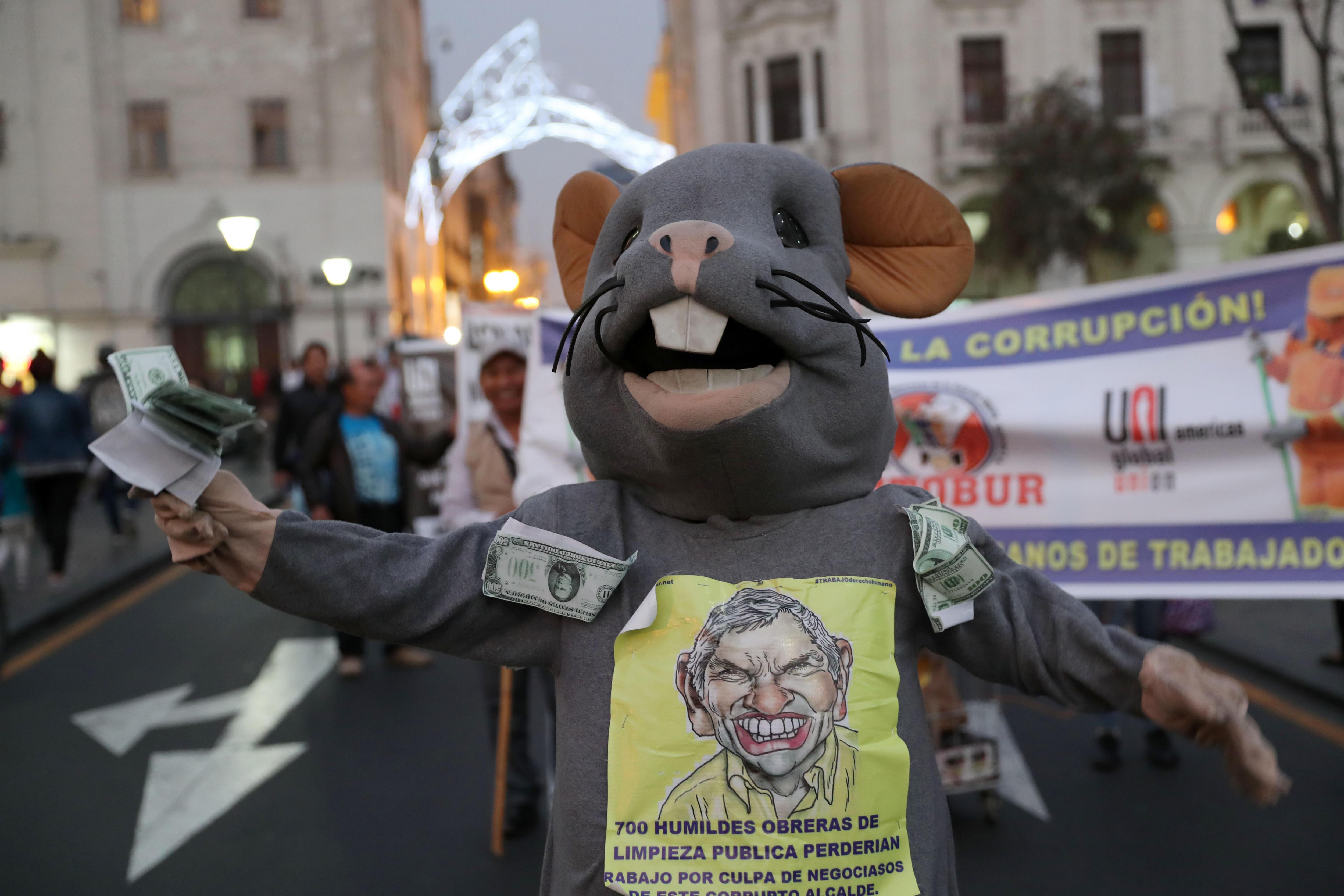 Centenars de peruans marxen contra la corrupció i en defensa de la democràcia. /ERNESTO ARIAS