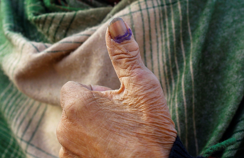 Laxmi Chitrakar, de 90 anys, mostra el seu polze marcat amb tinta després d'exercir el seu dret al vot en la segona volta d'eleccions a Kàtmandu (Nepal). /NARENDRA SHRESTHA