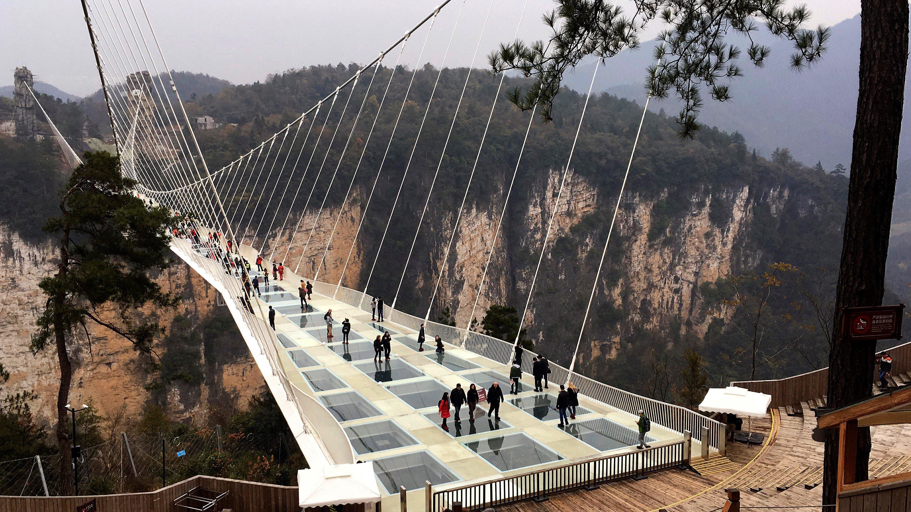 El Pont de Vidre de Zhangjiajie, a la província xina de Hunan, el més llarg del món. /CHARO GASCA