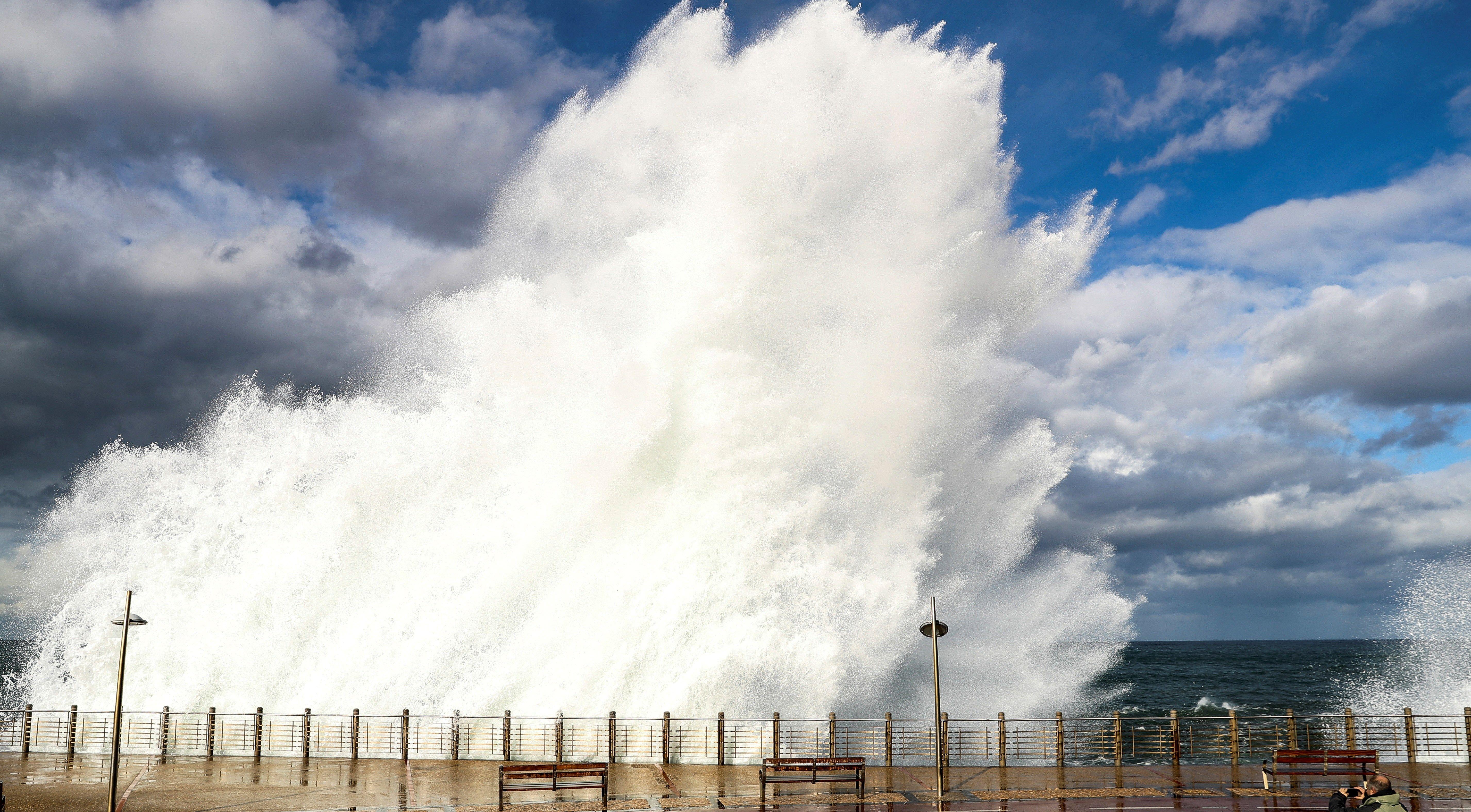 Una ona trenca al passeig Nou de Sant Sebastià, on s'esperen ones de fins a cinc metres. /JAVIER ETXEZARRETA