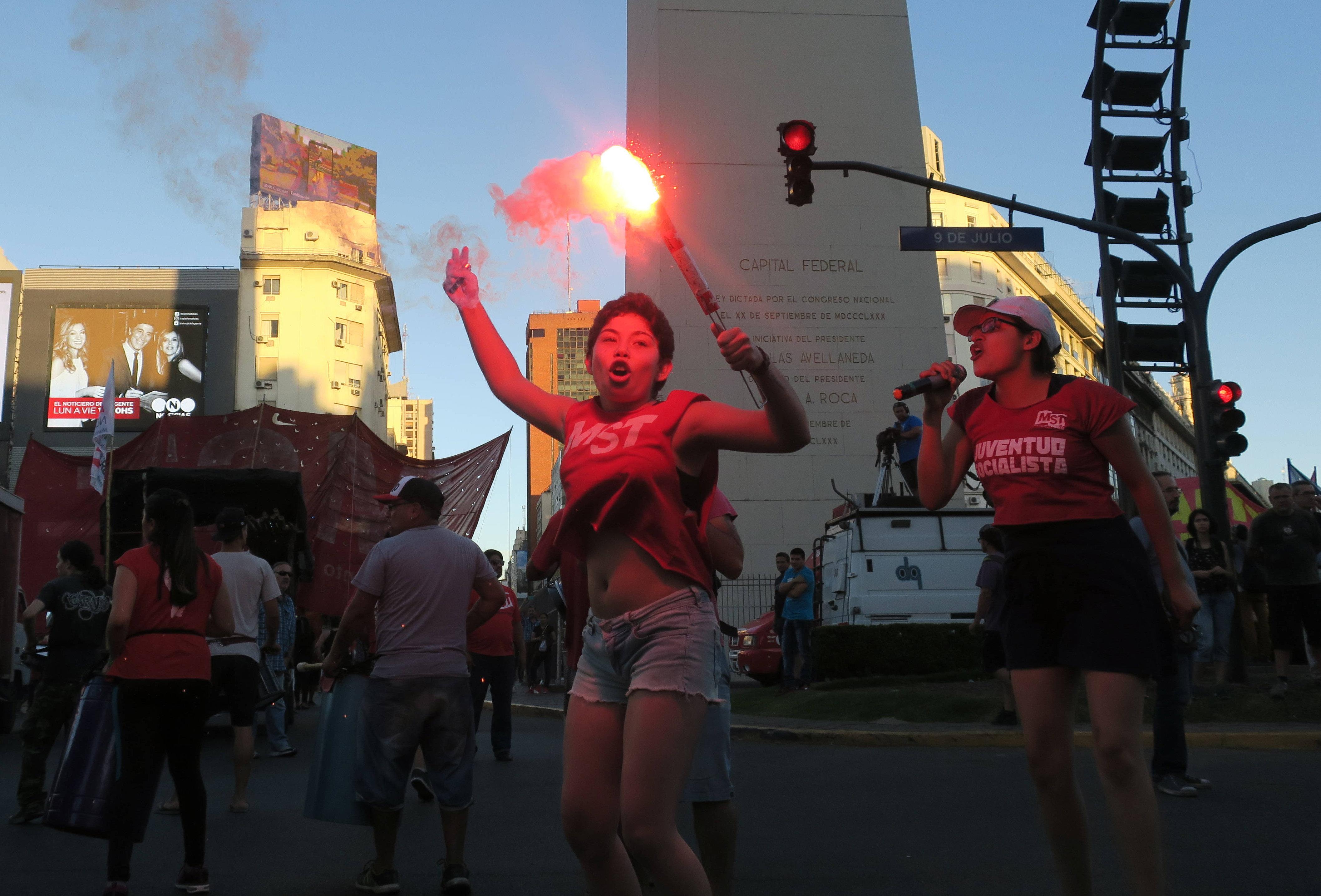 Diferents col·lectius protesten en contra de les polítiques que es debaten a l'onzena conferència ministerial de l'Organització Mundial del Comerç (OMC). /MARINA GUILLÉN