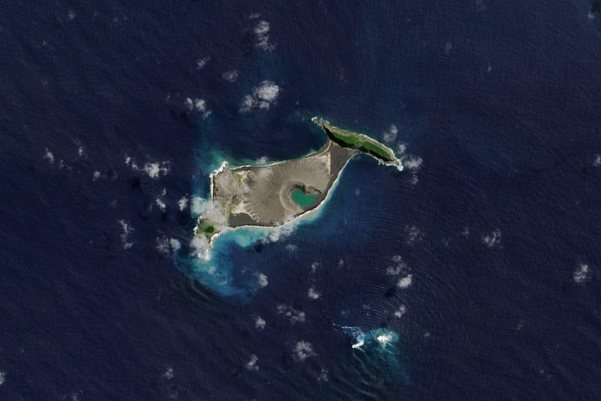 Nova illa formada per l'erupció d'un volcà al sud de l'Oceà Pacífic. /NASA