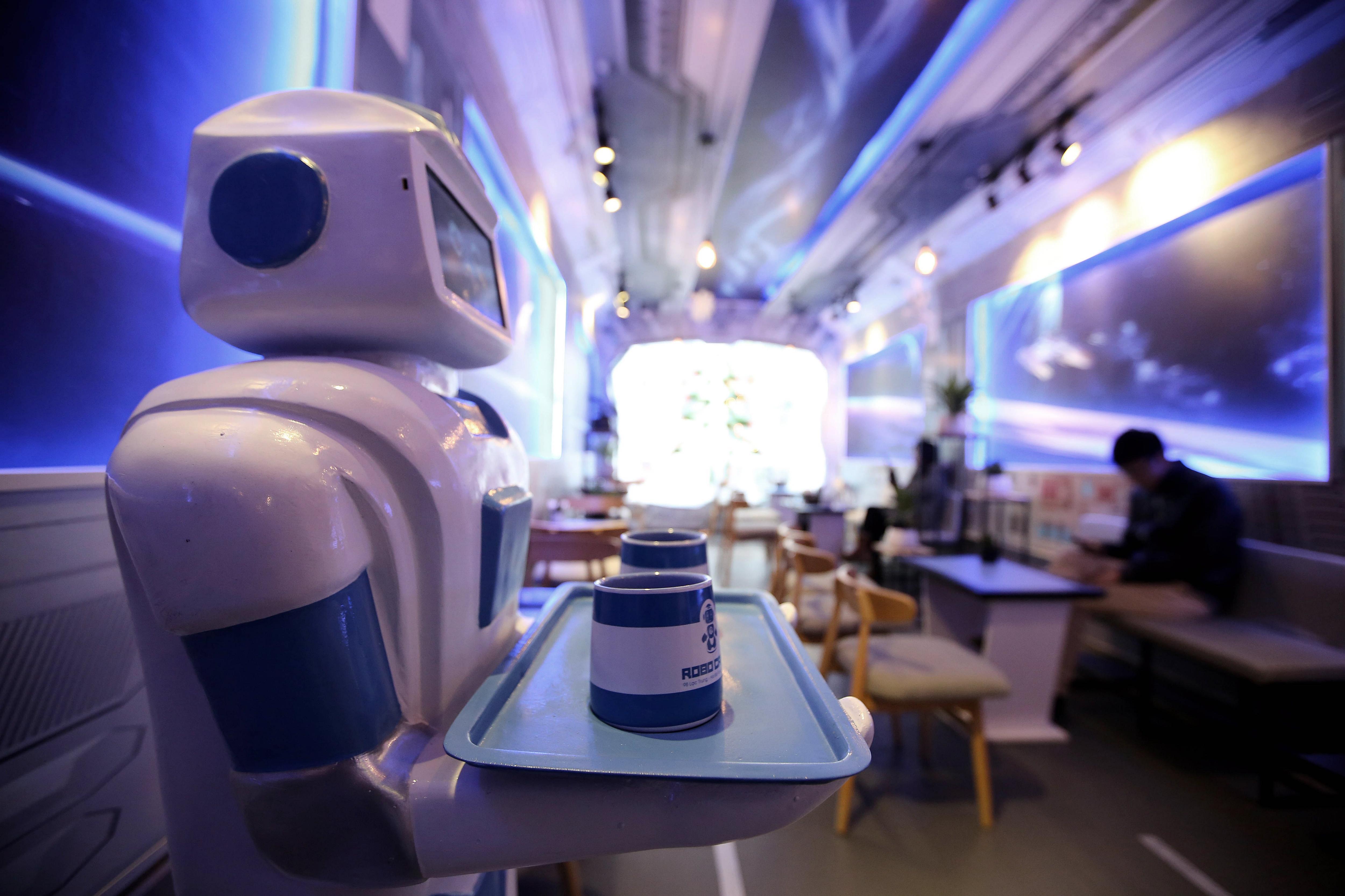 Un robot serveix begudes a una cafeteria de Hanoi (Vietnam). Morta pot parlar als clients i dir gràcies en qualsevol idioma. /LUONG THAI LINH