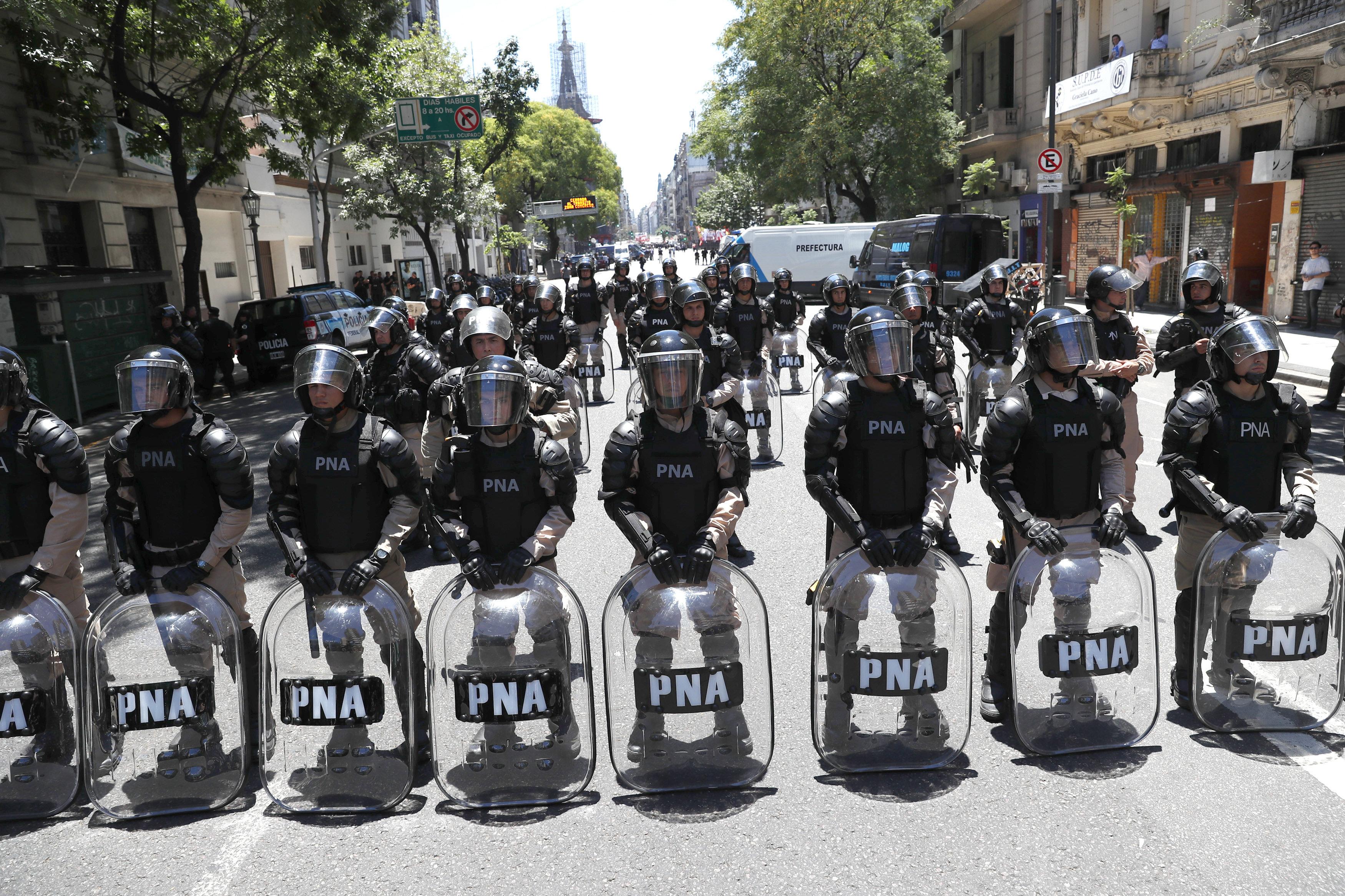 La reforma de les pensions a l'Argentina genera tensió fora i dins del Congrés. /DAVID FERNÁNDEZ